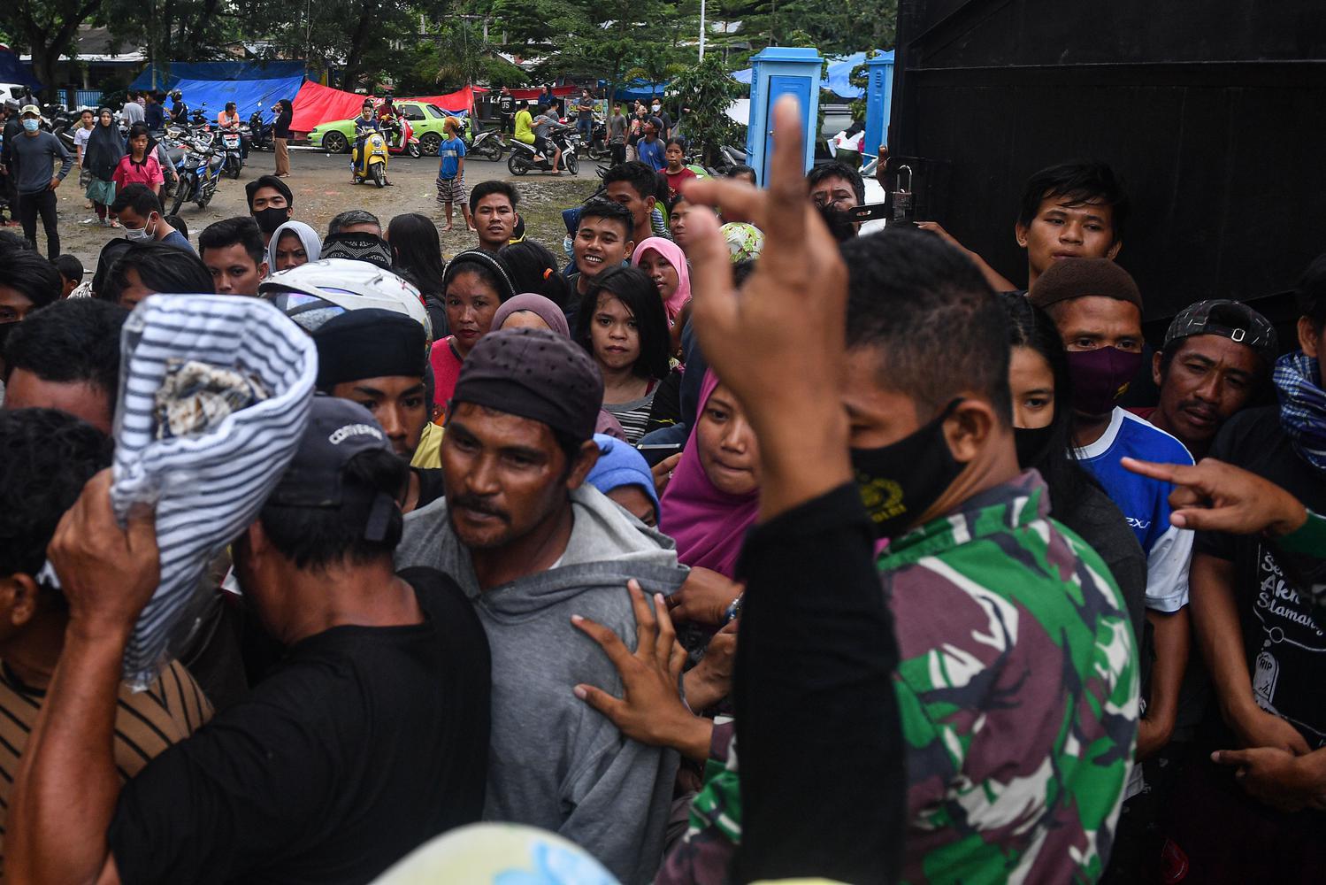 Pengungsi korban gempa antre untuk mendapatkan logistik dari TNI AD di Stadion Manakarra, Mamuju, Sulawesi Barat, Minggu (17/1/2021). Berdasarkan data BNPB per 17 Januari pukul 14.00 WIB, jumlah korban meninggal dunia akibat gempa bumi magnitudo 6,2 di Sulawesi Barat telah mencapai 73 orang.