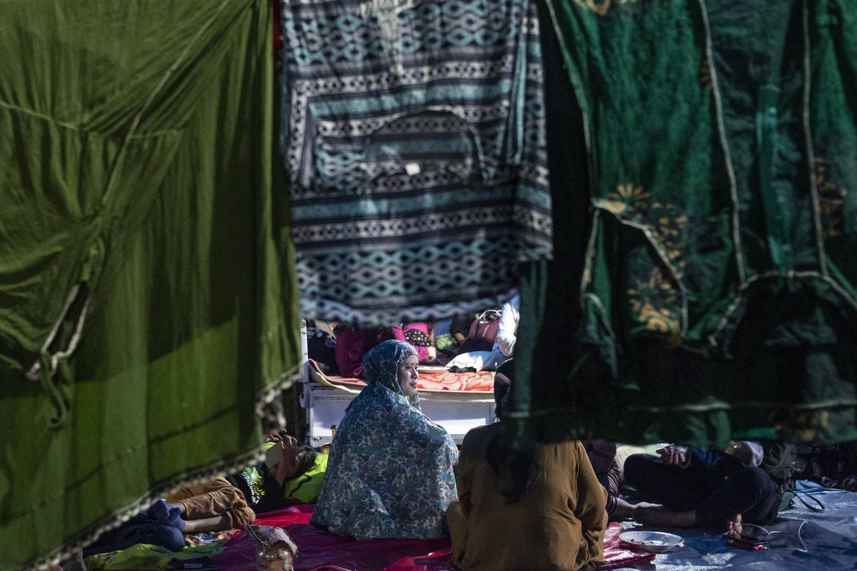 Sejumlah pengungsi korban gempa beristirahat di tenda darurat yang mereka buat di kompleks Stadion Manakarra, Mamuju, Sulawesi Barat, Minggu (17/1/2021). BNPB menyatakan berdasarkan data per 17 Januari pukul 14.00 WIB jumlah korban gempa bumi Sulawesi Barat yang meninggal berjumlah 73 orang dan sebanyak 27.850 orang mengungsi di 25 titik pengungsian.