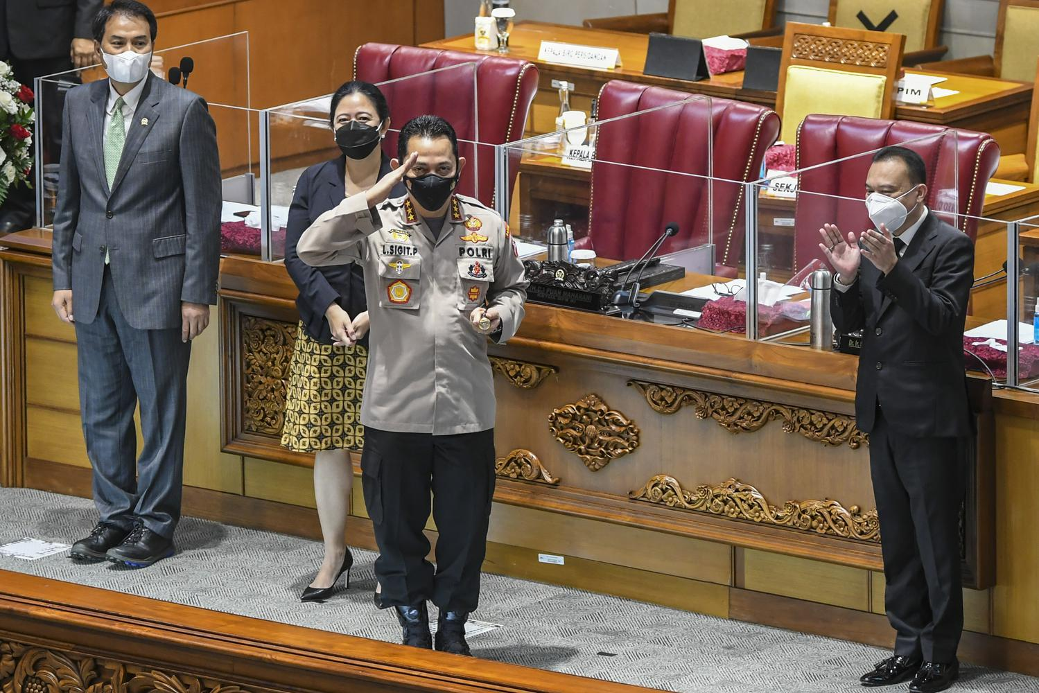 Calon Kapolri Komjen Pol Listyo Sigit Prabowo (kedua kanan) disaksikan Ketua DPR Puan Maharani (kedua kiri), Wakil Ketua DPR Aziz Syamsuddin (kiri) dan Sufmi Dasco Ahmad (kanan) memberi hormat usai sidang paripurna di kompleks Parlemen, Jakarta, Kamis (21/1/2021). DPR menyepakati penetapan Komjen Pol Listyo Sigit Prabowo sebagai Kapolri setelah melalui uji kepatutan dan kelayakan di Komisi III DPR.