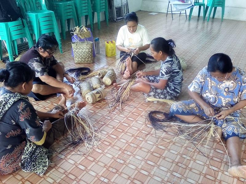 Kegiatan menganyam perempuan adat Haringen