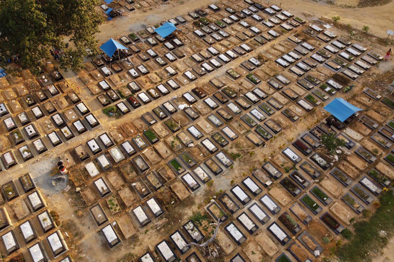 Foto udara kondisi Tempat Pemakaman Umum (TPU) Punggolaka di Kendari, Sulawesi Tenggara, Rabu (10/2/2021). Pemda telah mempersiapkan tambahan lahan pemakaman untuk jenazah pasien COVID-19 seluas satu hektar dikarenakan kondisi TPU Punggolaka yang hampir penuh.
