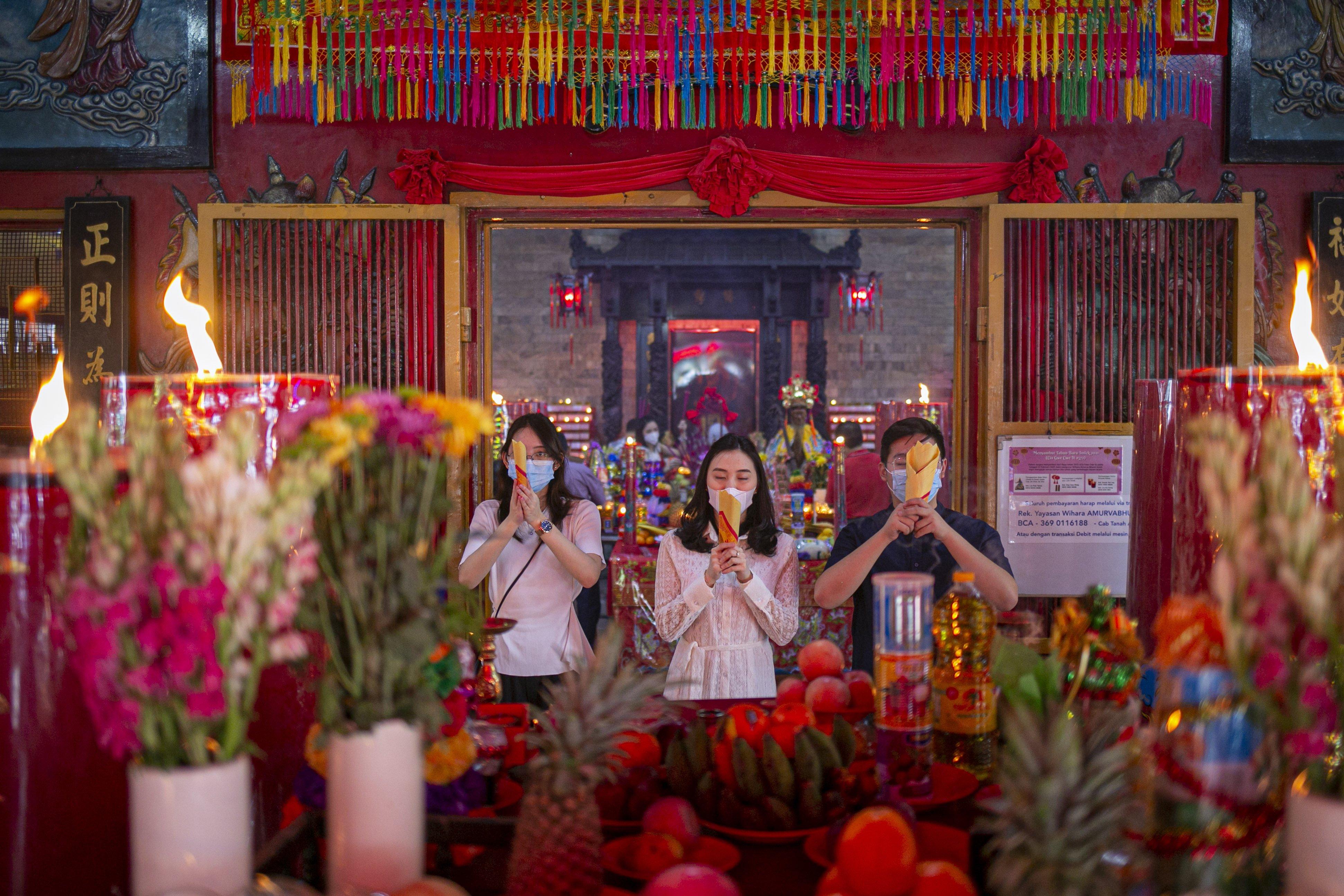 Warga keturunan Tionghoa beribadah menyambut tahun baru Imlek 2572 di Vihara Amurva Bhumi, Jakarta, Kamis (11/2/2021). Vihara tersebut menerapkan pembatasan waktu sembahyang serta mewajibkan menjaga jarak dan memakai masker saat sembahyang untuk mencegah penyebaran COVID-19.