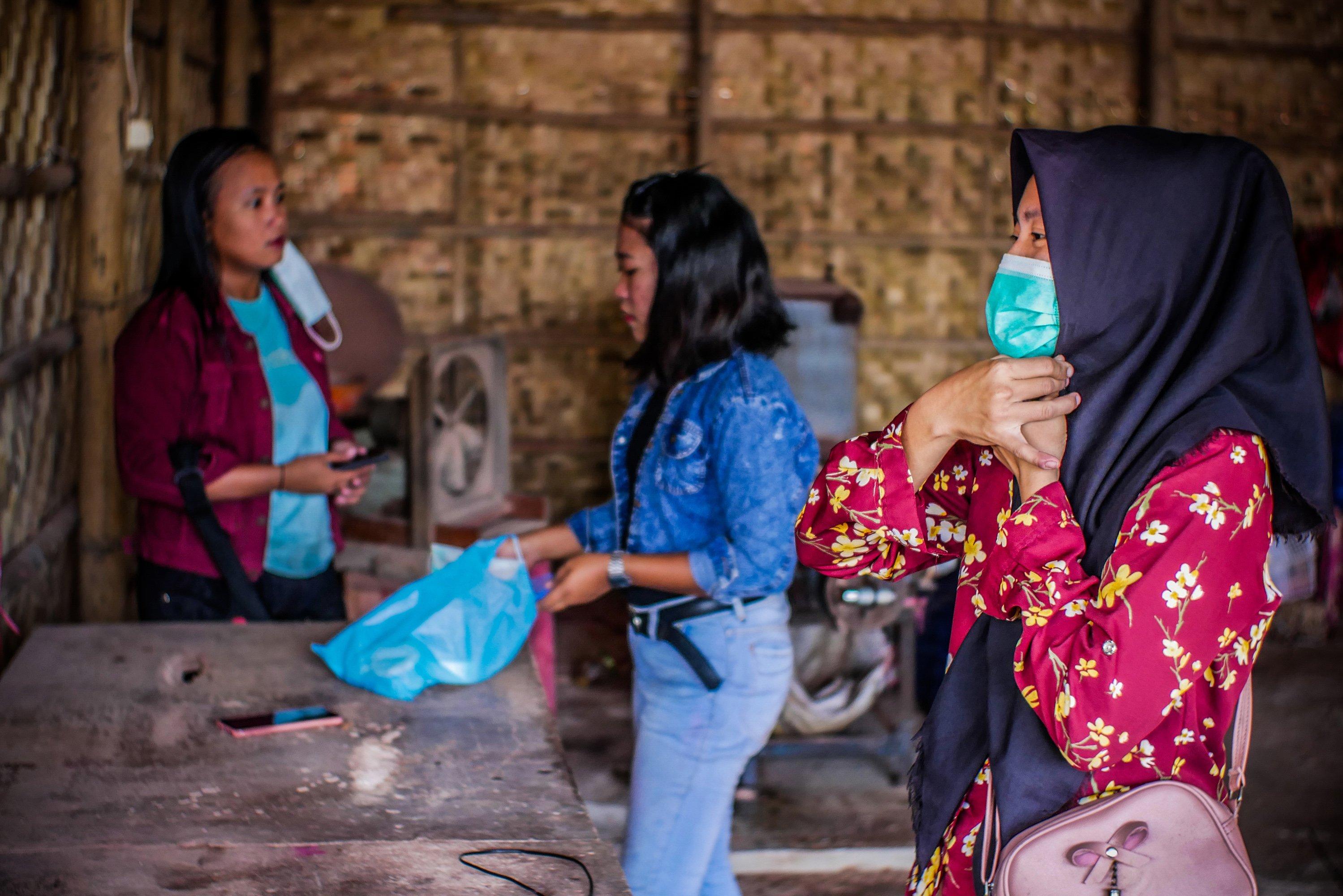 Pekerja bersiap untuk pulang usai bekerja di Industri Hio Rumahan Koh Ase, Kosambi, Kabupaten Tangerang, Banten.