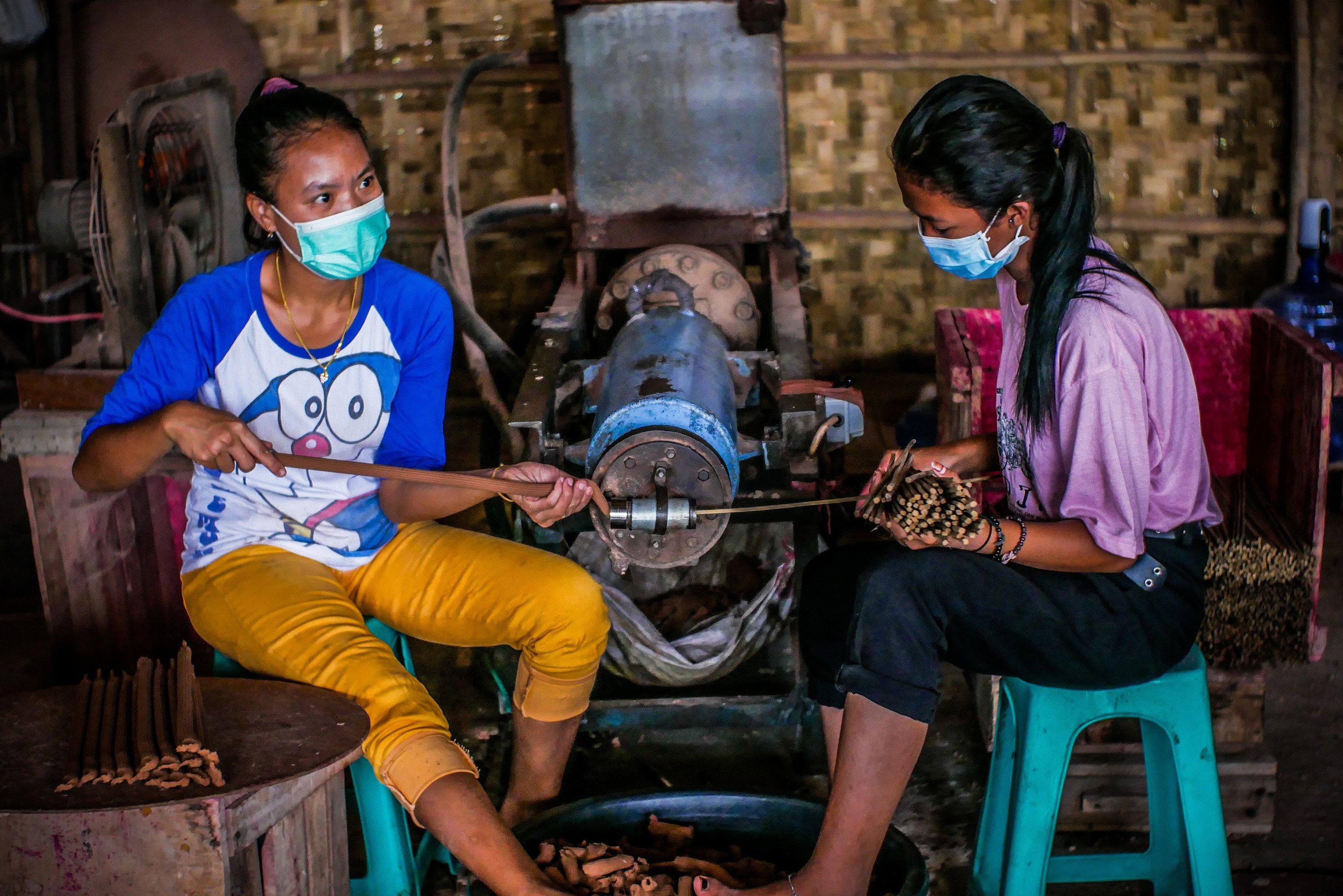 Pekerja menyelesaikan pembuatan hio di Industri Hio Rumahan Koh Ase, Kosambi, Kabupaten Tangerang, Banten.