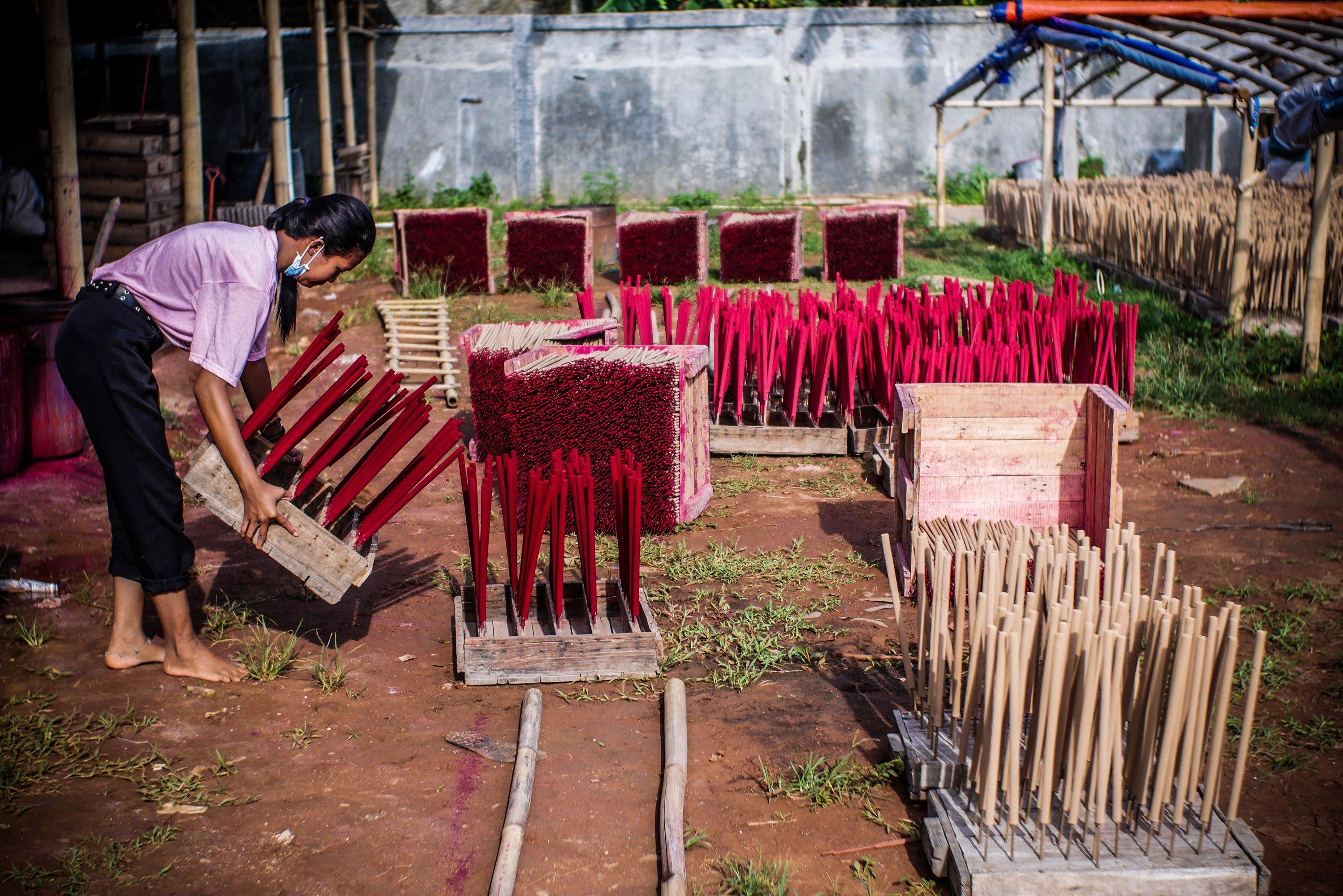 Pekerja menjemur hio di Industri Hio Rumahan Koh Ase, Kosambi, Kabupaten Tangerang, Banten.