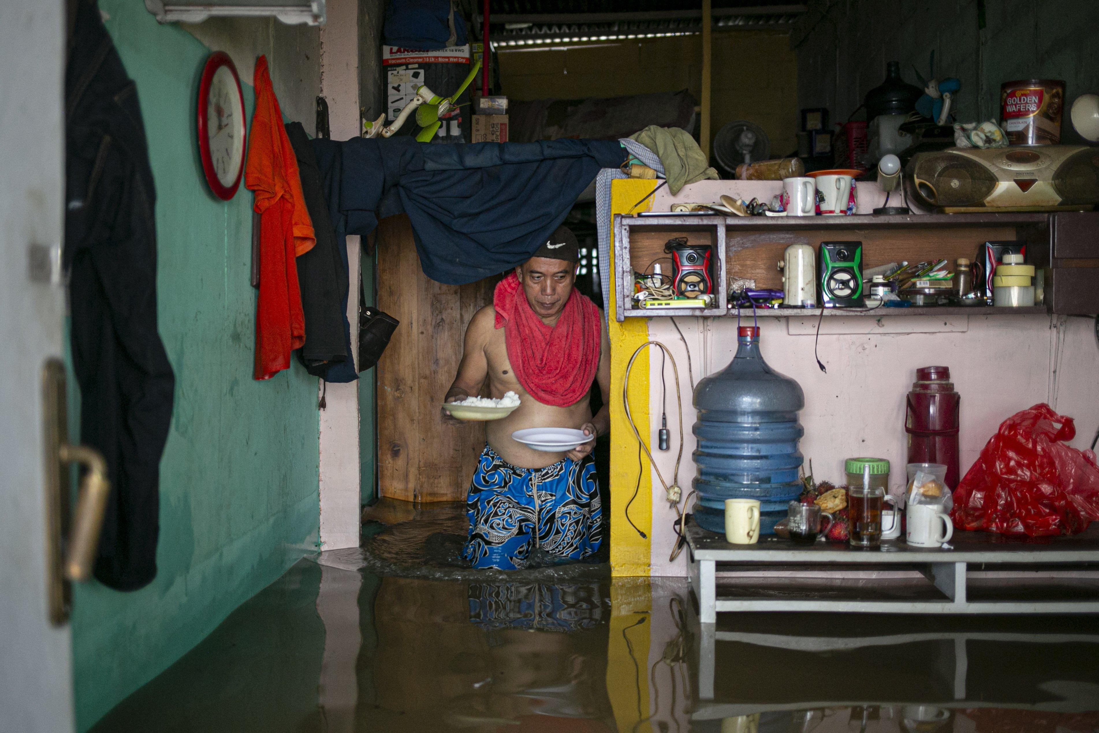 Banjir menggenani rumah warga di kawasan Cipinang Melayu, Jakarta Timur, Jumat (19/2/2021). Banjir di kawasan tersebut akibat curah hujan yang tinggi dan meluapnya air dari Kali Sunter.