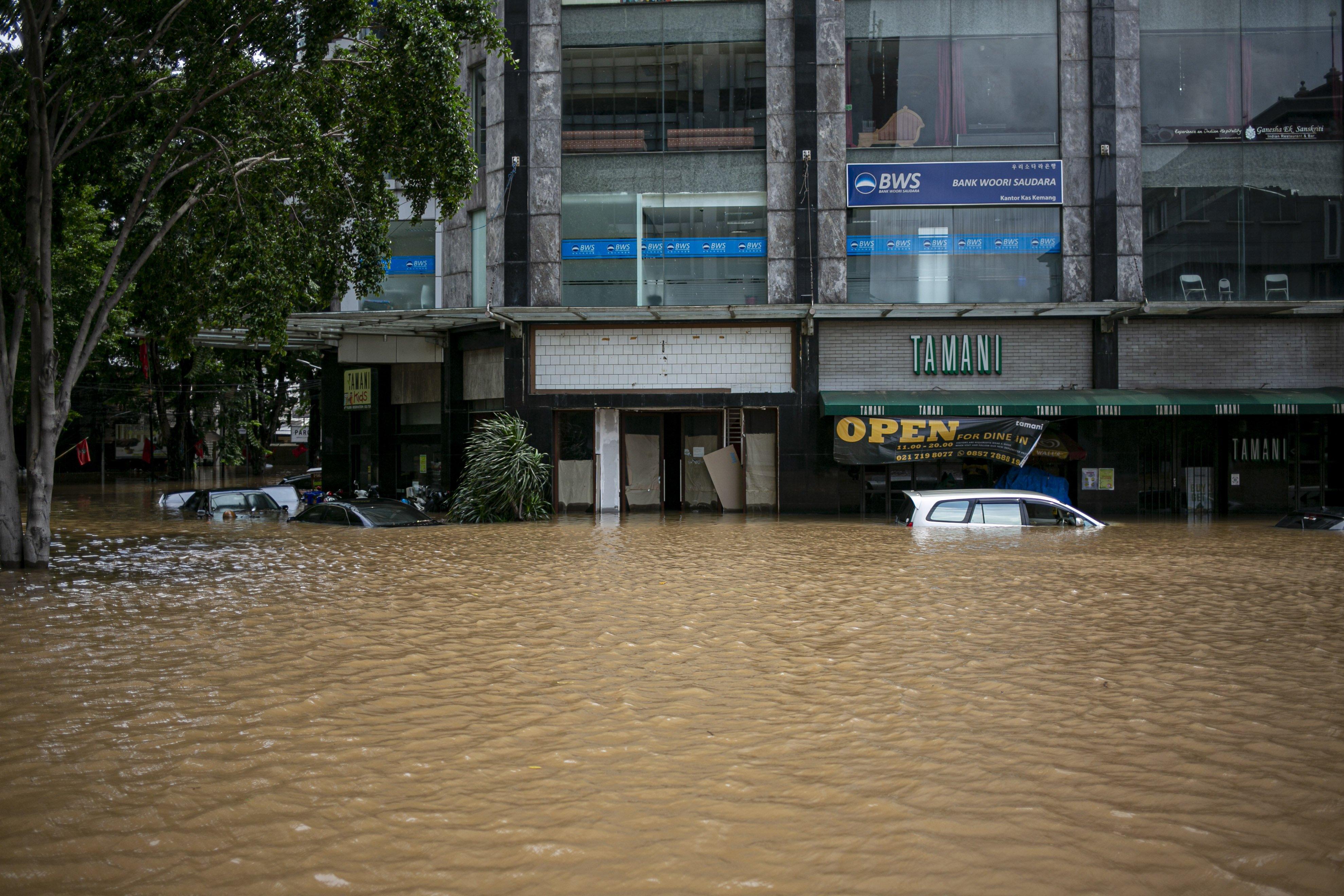 Sejumlah mobil terendam banjir di kawasan Kemang, Jakarta Selatan, Sabtu (20/2/2021). Banjir yang terjadi akibat curah hujan tinggi serta drainase yang buruk membuat kawasan Kemang banjir setinggi 1,5 meter.