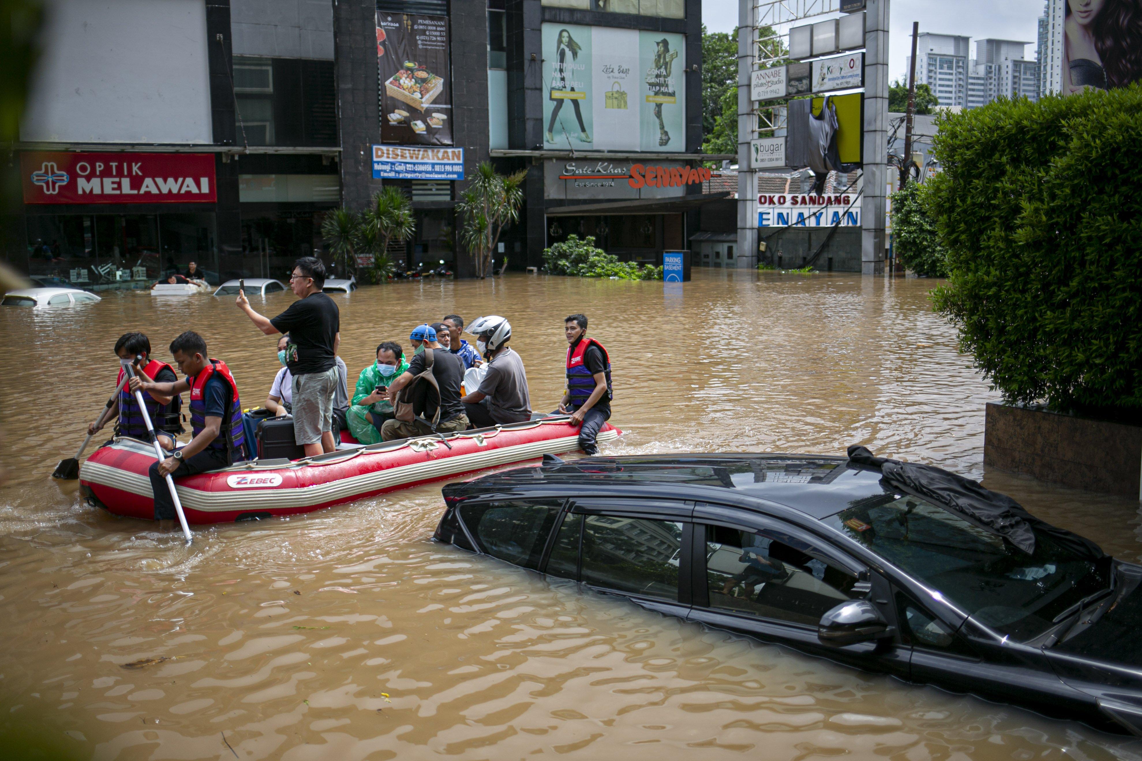 Petugas mengevakuasi warga dengan perahu karet di kawasan Kemang, Jakarta Selatan, Sabtu (20/2/2021). Banjir yang terjadi akibat curah hujan tinggi serta drainase yang buruk membuat kawasan Kemang banjir setinggi 1,5 meter.