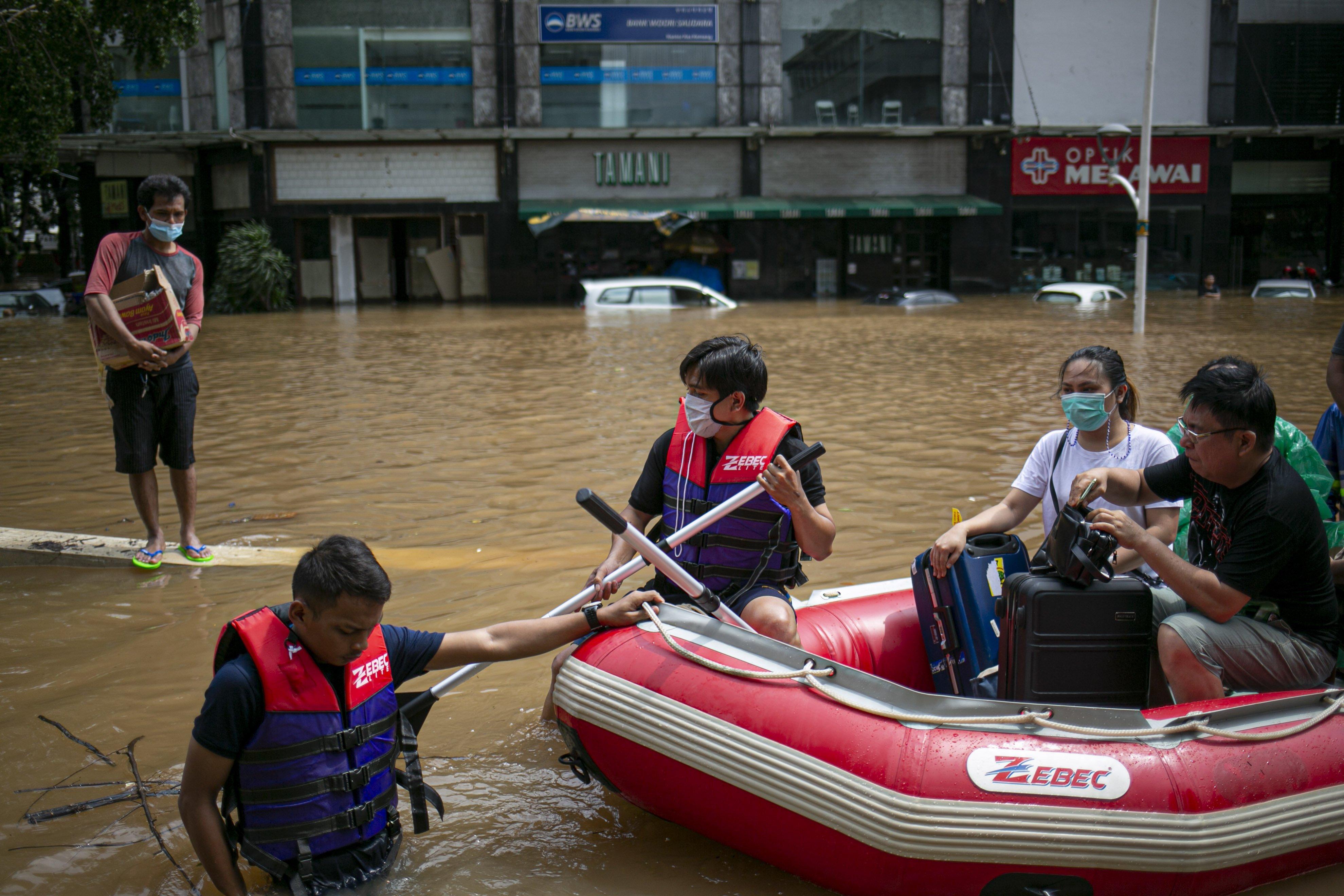 Petugas mengevakuasi warga yang terjebak banjir di kawasan Kemang, Jakarta Selatan, Sabtu (20/2/2021). Banjir yang terjadi akibat curah hujan tinggi serta drainase yang buruk membuat kawasan Kemang banjir setinggi 1,5 meter.