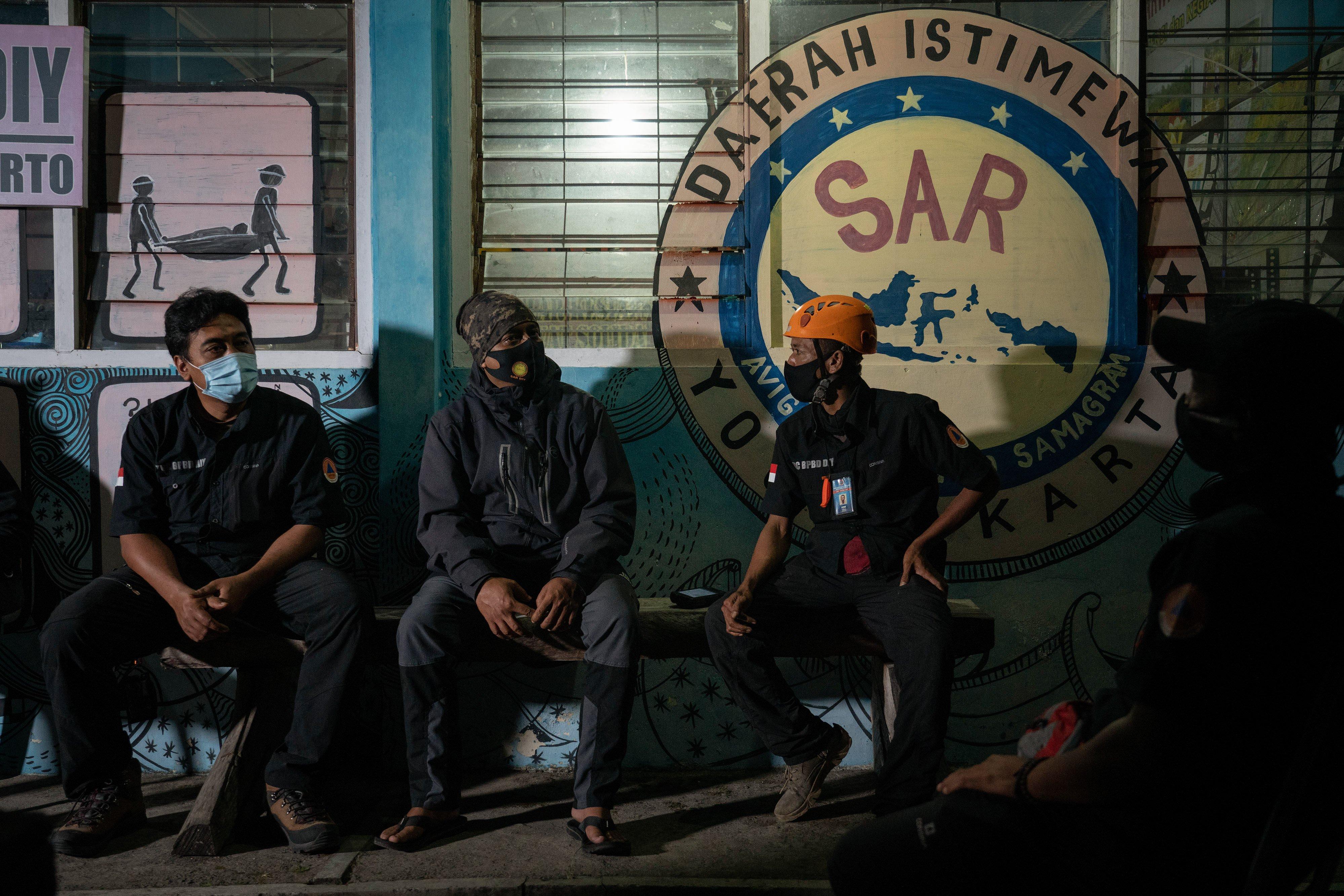 Anggota Tim Reaksi Cepat (TRC) BPBD DIY mengunjungi pos relawan SAR DIY sektor barat di Wonokerto, Turi, Sleman, DI Yogyakarta.