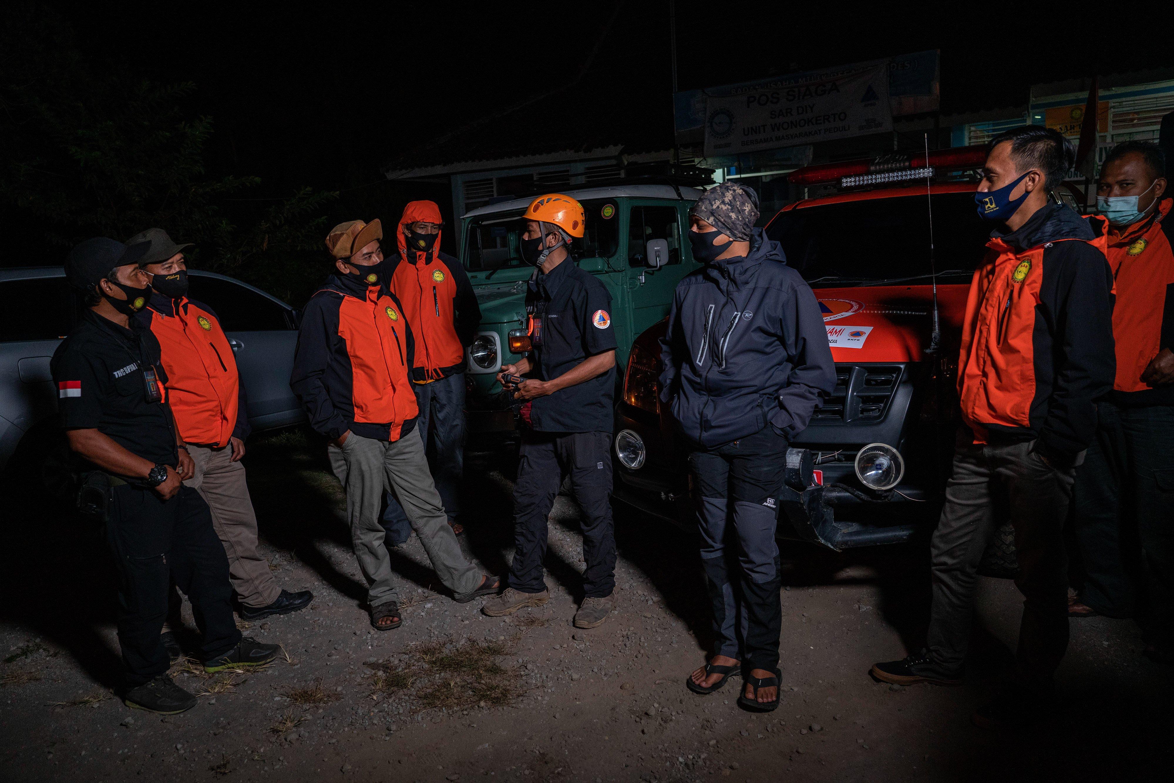 Anggota Tim Reaksi Cepat (TRC) BPBD DIY berbincang saat mengunjungi pos relawan SAR DIY sektor barat di Wonokerto, Turi, Sleman, DI Yogyakarta.