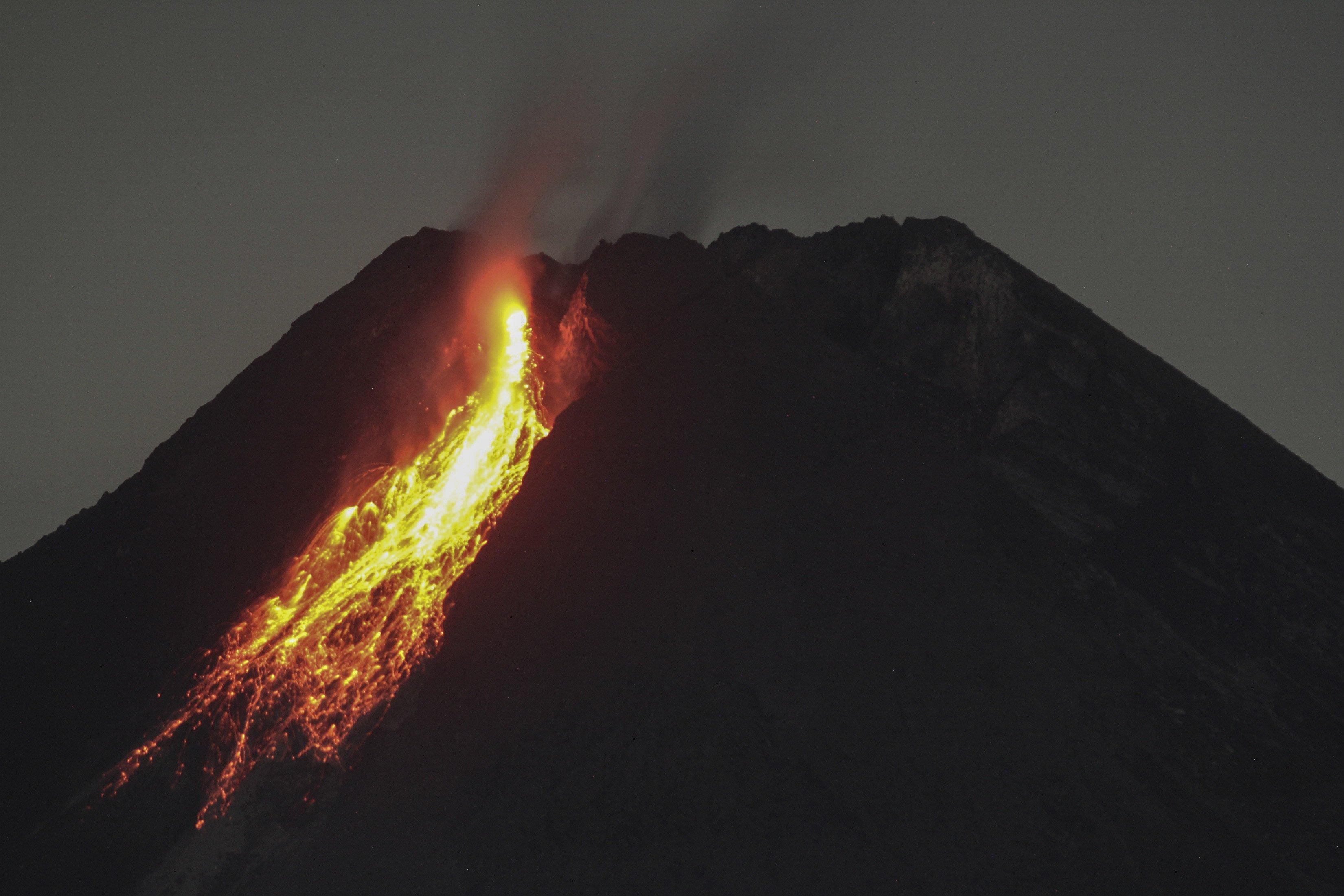 Guguran lava terlihat dari Lapangan Boyong, Hargobinangun, Pakem, Sleman, DI Yogyakarta.