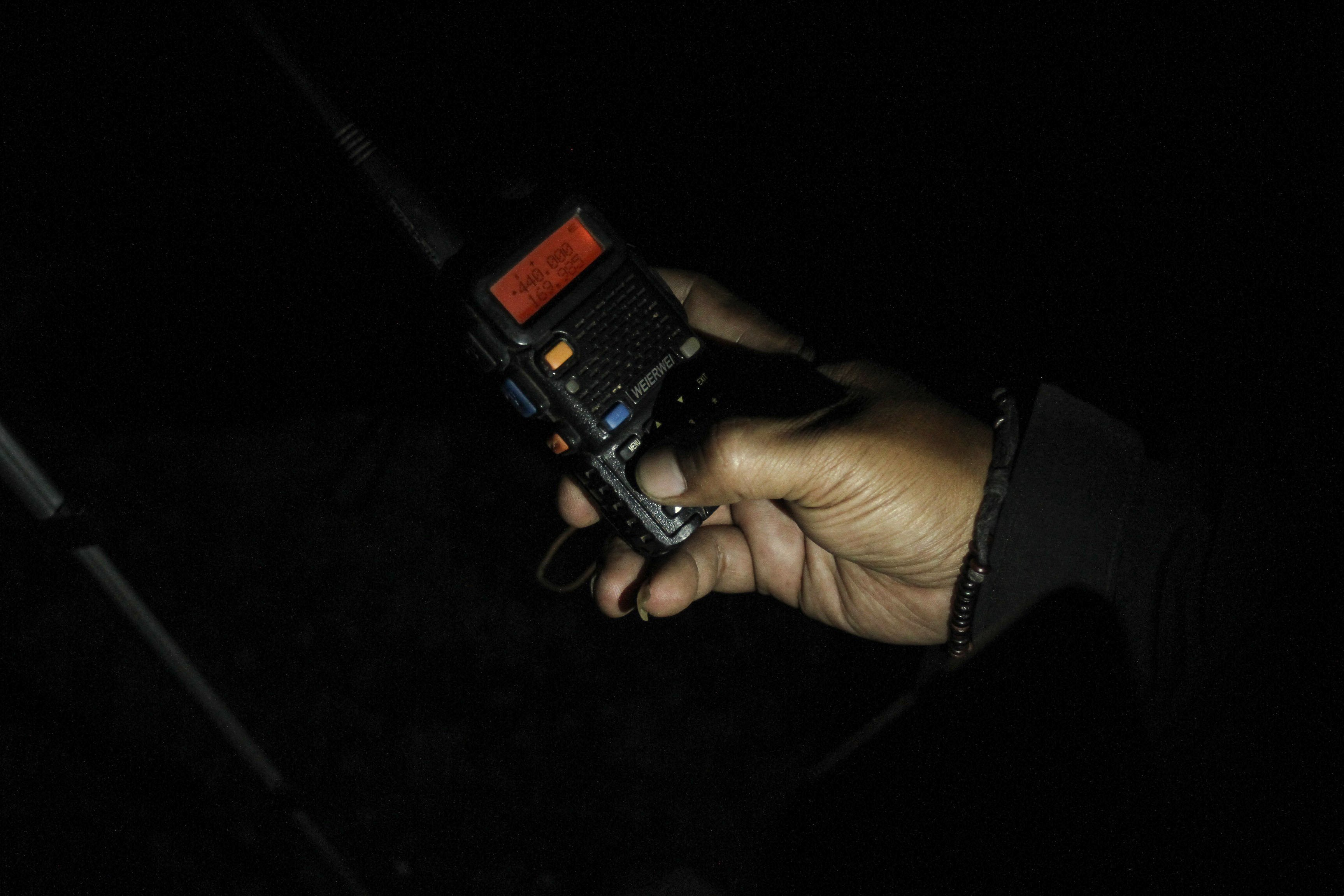Warga menggunakan radio komunikasi di Turi, Sleman, DI Yogyakarta.
