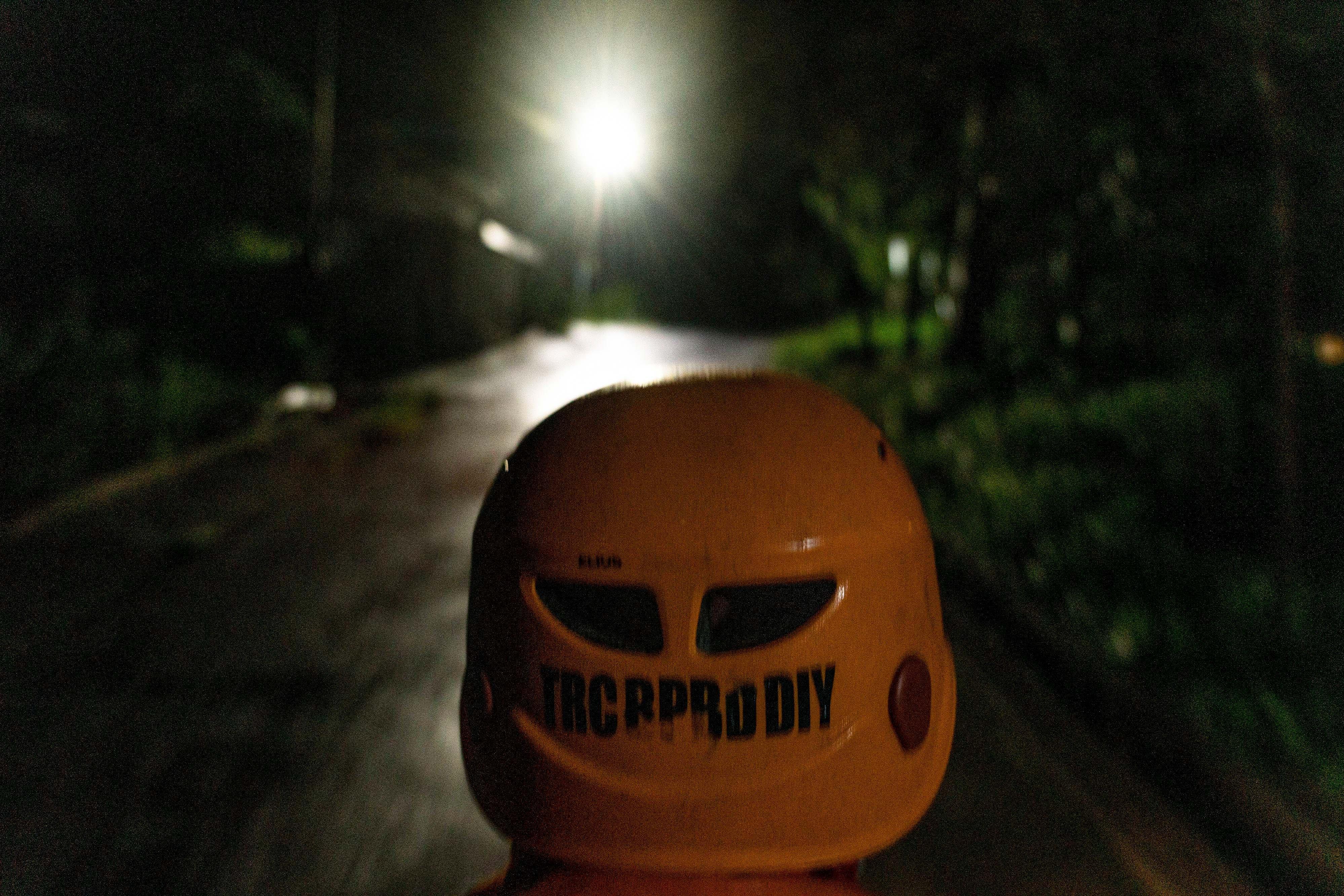 Anggota Tim Reaksi Cepat (TRC) BPBD DIY menuju pos pantau Desa Glagaharjo, Cangkringan, Sleman, DI Yogyakarta.