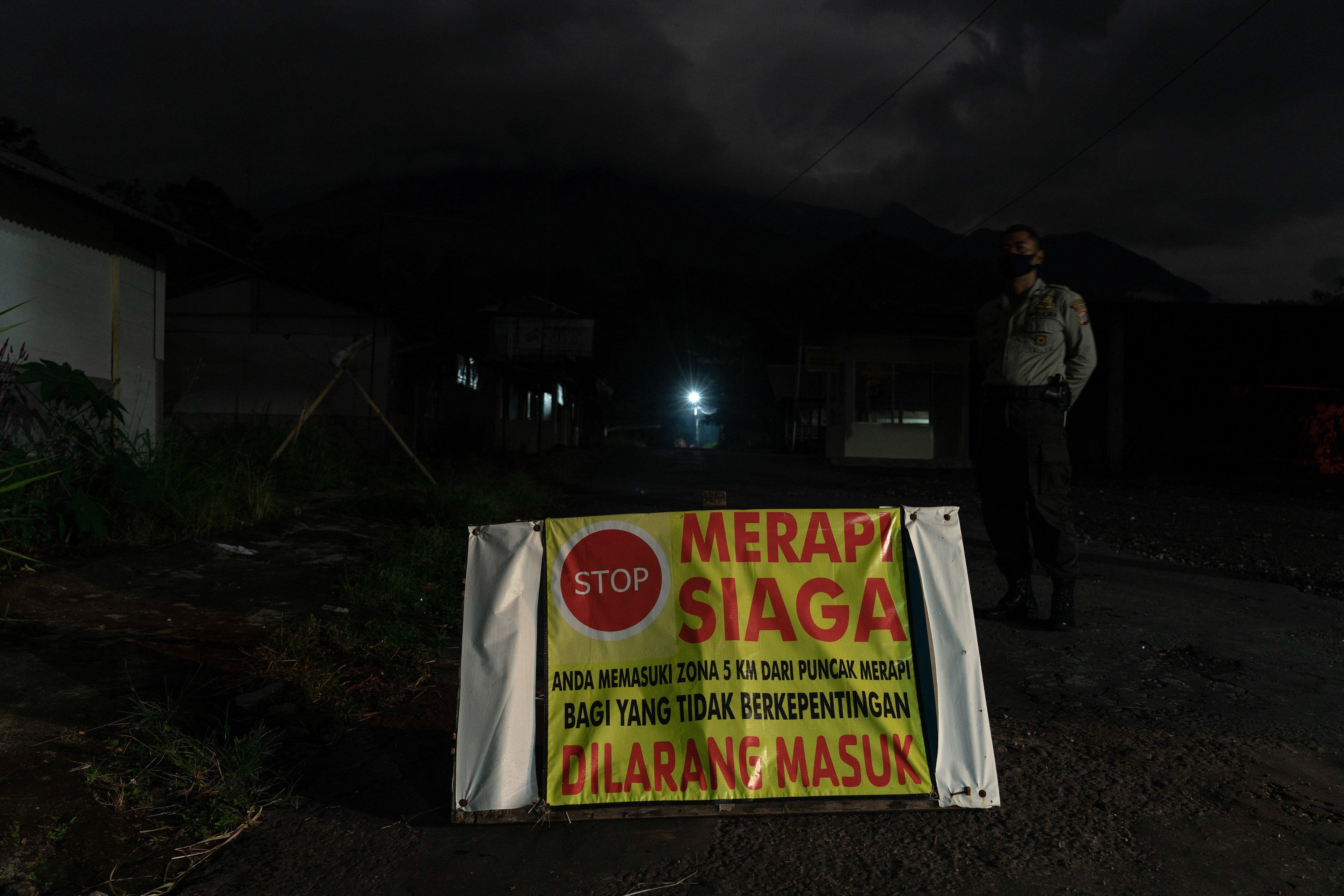 Poster berisi tulisan larangan untuk tidak masuk ke Kawasan Rawan Bencana III di Cangkringan, Sleman, DI Yogyakarta.\r\n