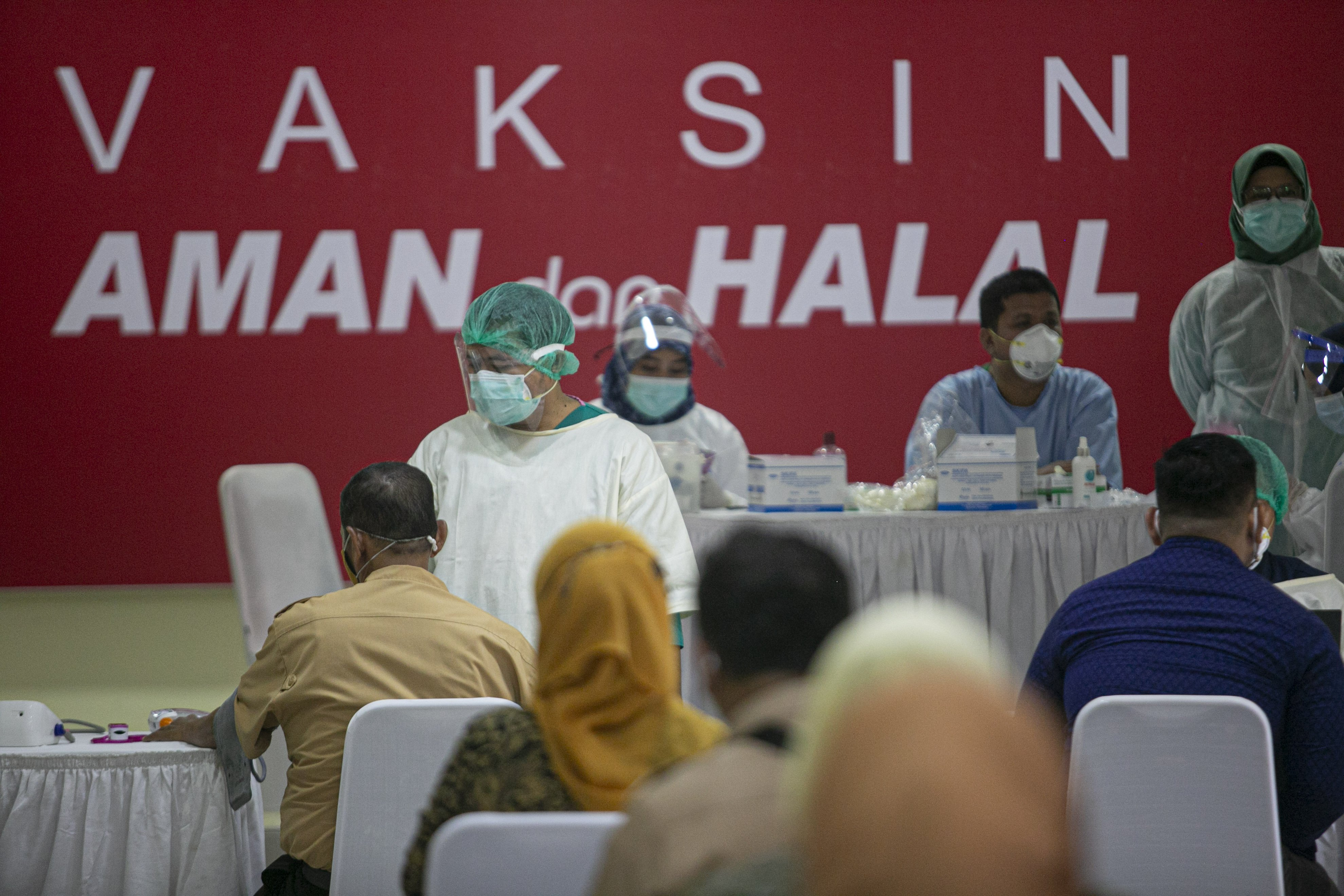 Petugas melakukan pemeriksaan awal kepada tenaga pendidik sebelum vaksinasi COVID-19 di SMA Negeri 70 Jakarta, Jakarta, Rabu (24/2/2021). Pemerintah memulai tahap vaksinasi untuk guru, tenaga kependidikan, dan dosen dengan target sebanyak 5.057.582 orang se-Indonesia.