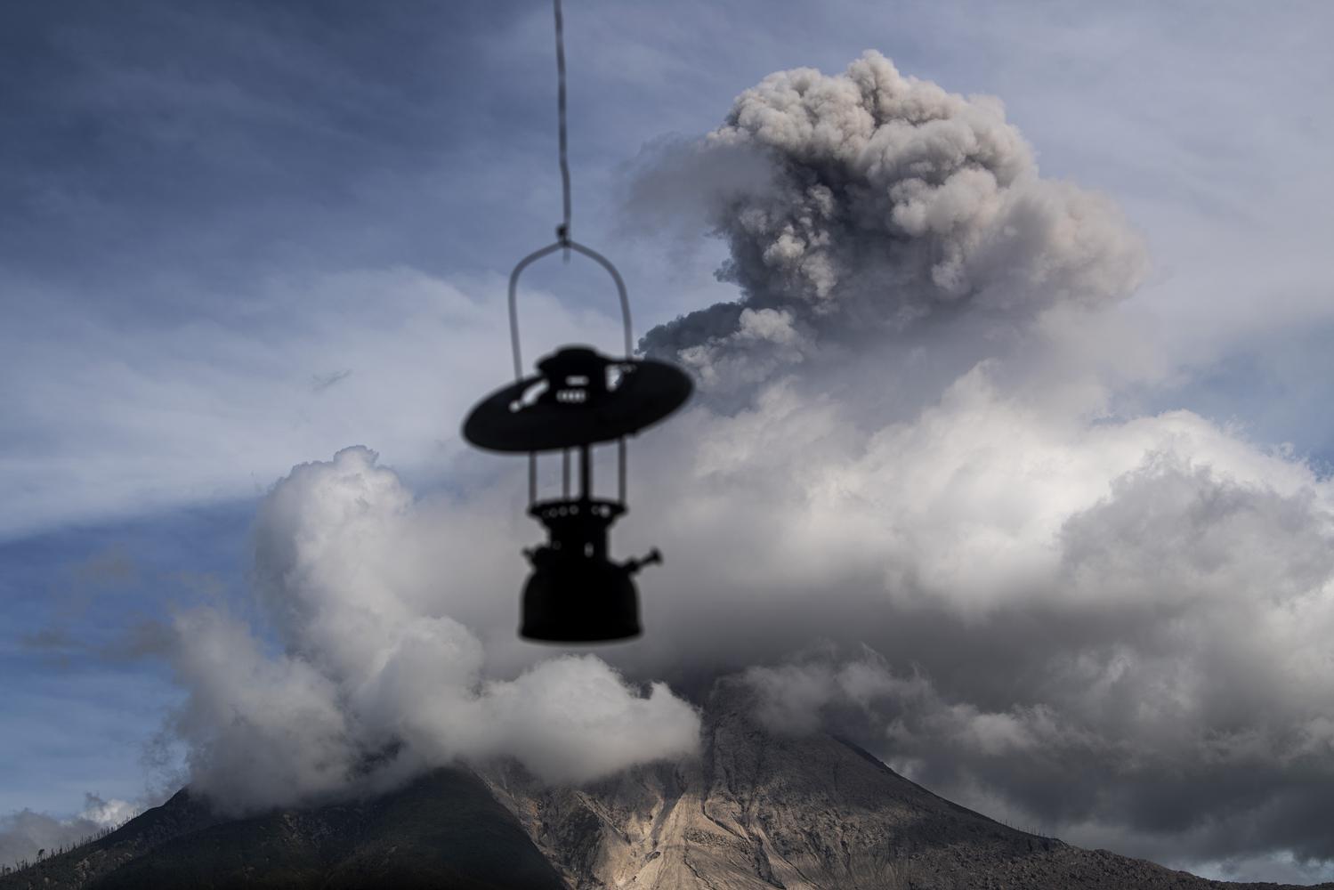 Gunung Sinabung menyemburkan material vulkanik saat erupsi di Desa Tigapancur, Simpang Empat, Karo, Sumatera Utara, Kamis (25/2/2021). Gunung Sinabung erupsi dengan tinggi kolom 1.500 meter di atas puncak atau sekitar 3.960 meter di atas permukaan laut.