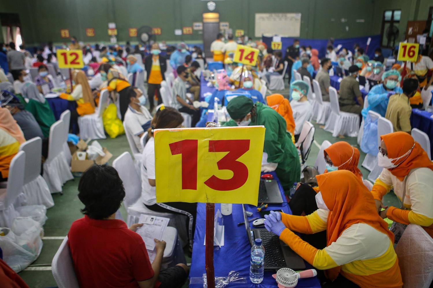 Sejumlah pedagang pasar menerima suntikan vaksin COVID-19 Sinovac di Pasar Anyar, Kota Tangerang, Banten, Senin (1/3/2021). Sebanyak 2.100 pedagang pasar di Kota Tangerang mendapat vaksinasi COVID-19 dosis pertama.