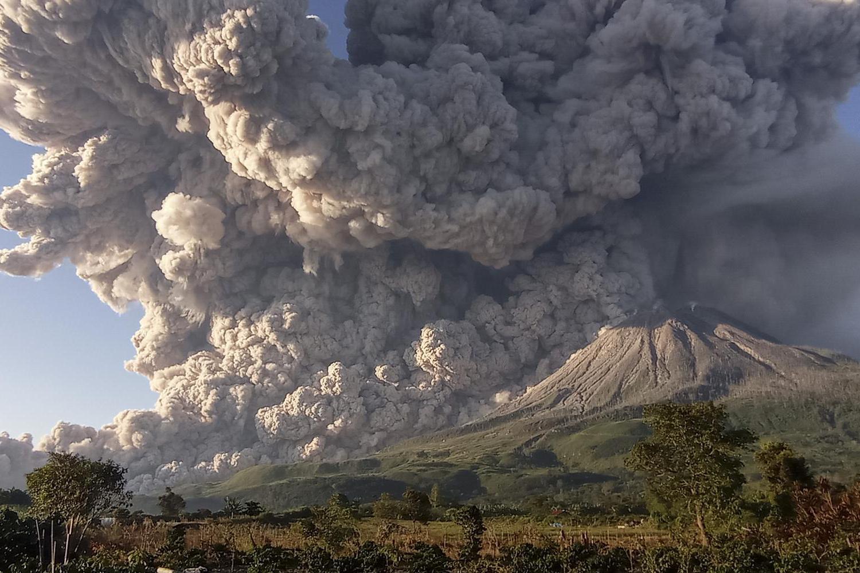 Gunung Sinabung menyemburkan material vulkanik saat erupsi di Desa Kuta Rakyat, Naman Teran, Karo, Sumatera Utara, Selasa (2/3/2021). Gunung Sinabung erupsi dengan tinggi kolom 5.000 meter di atas puncak.