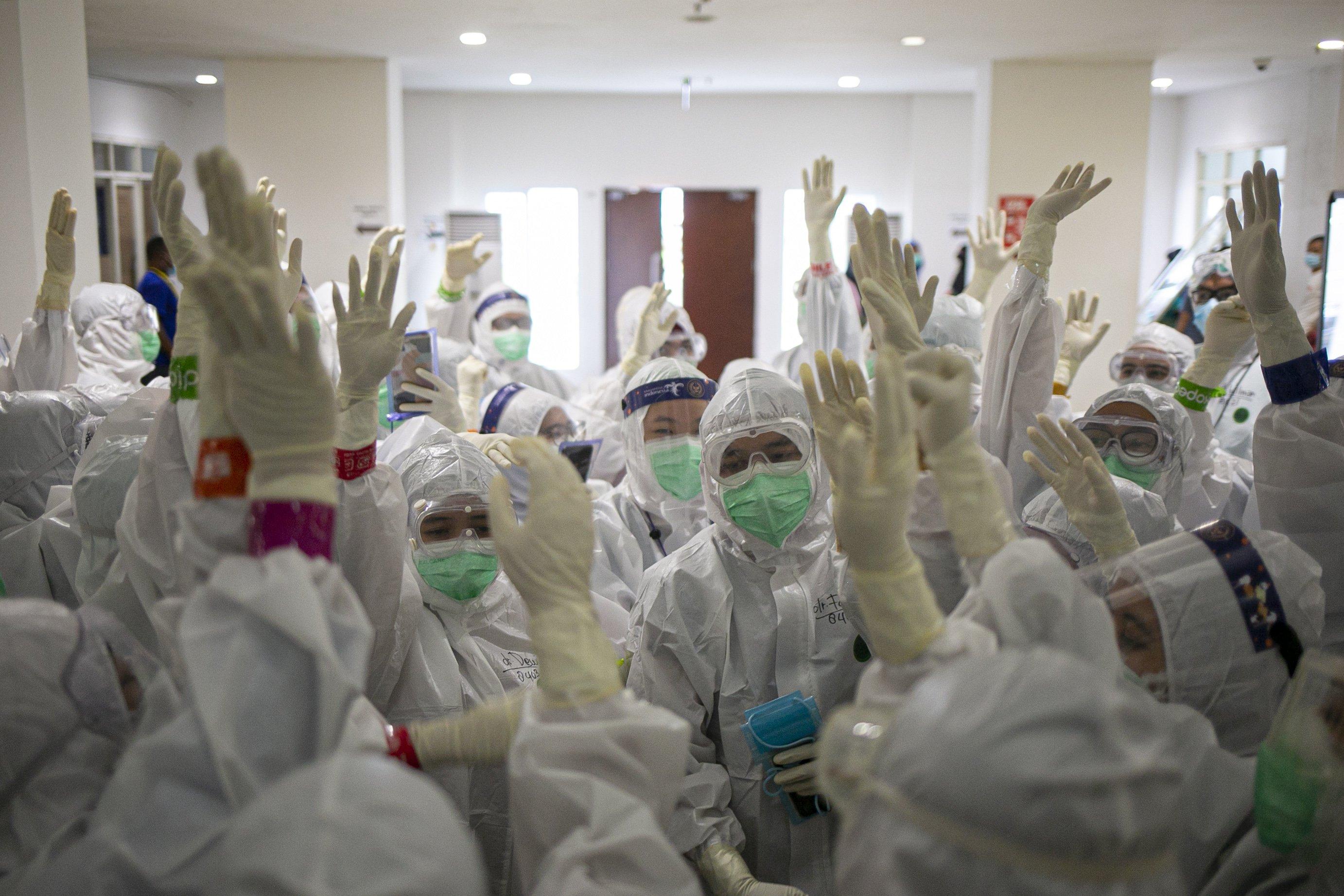 Petugas medis melakukan persiapan sebelum merawat pasien Covid-19 di Rumah Sakit Darurat Wisma Atlet, Kemayoran, Jakarta.