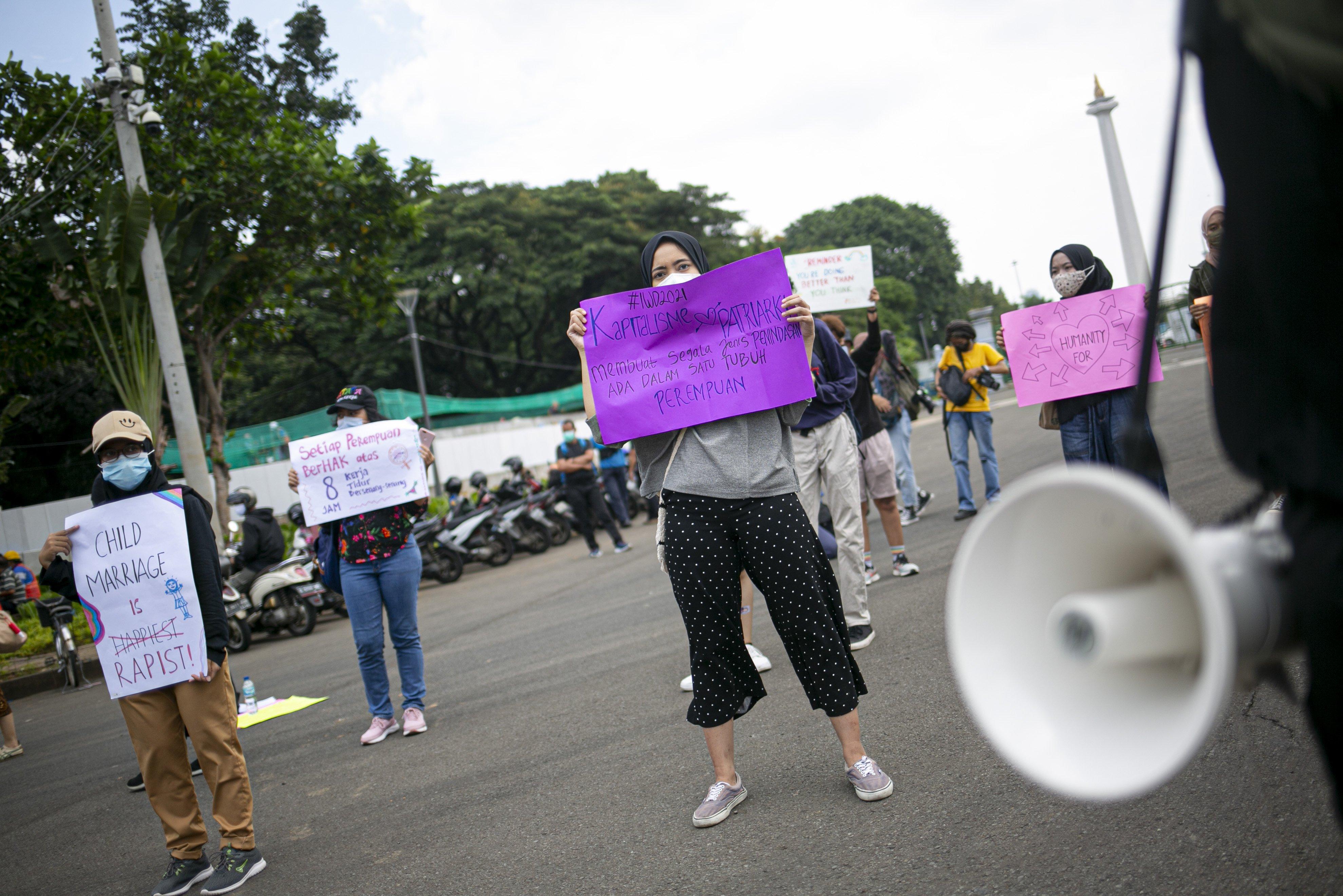 Sejumlah aktivis perempuan melakukan aksi unjuk rasa di Kawasan Patung Kuda Arjuna Wijaya, Senin (8/3/2021). Aksi tersebut dalam rangka memperingati Hari Perempuan Sedunia. Dalam aksinya mereka meminta pemerintah mengakui kekeresan seksual sebagai pelanggaran HAM, Cabut UU Cipta Kerja serta sahkan RUU PKS dan RUU PPRT.