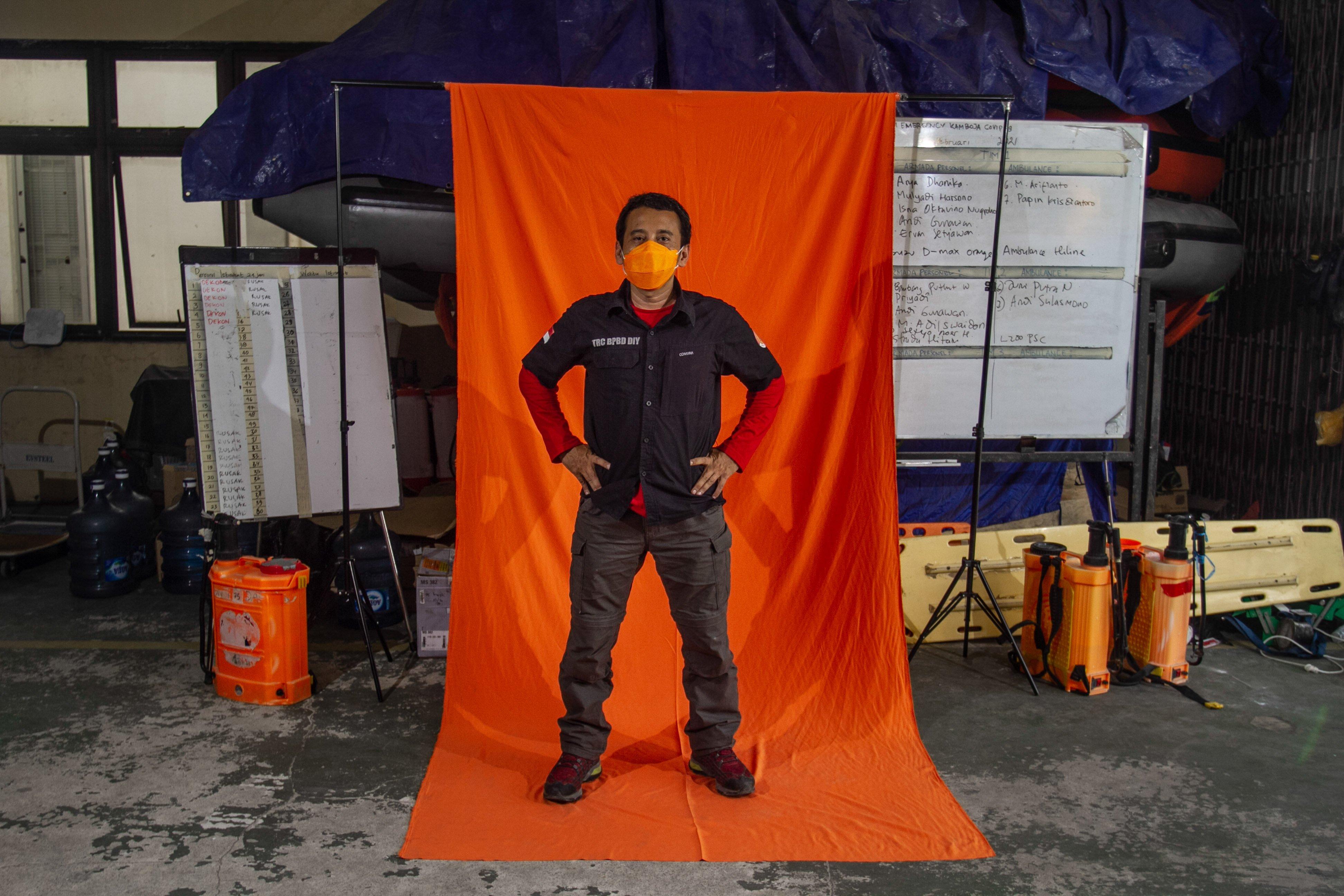 Komandan TRC BPBD DIY Pristiawan Buntoro berpose di Posko Dukungan Operasi Satgas Penanganan COVID-19 DIY, Kantor TRC BPBD DIY di Yogyakarta.