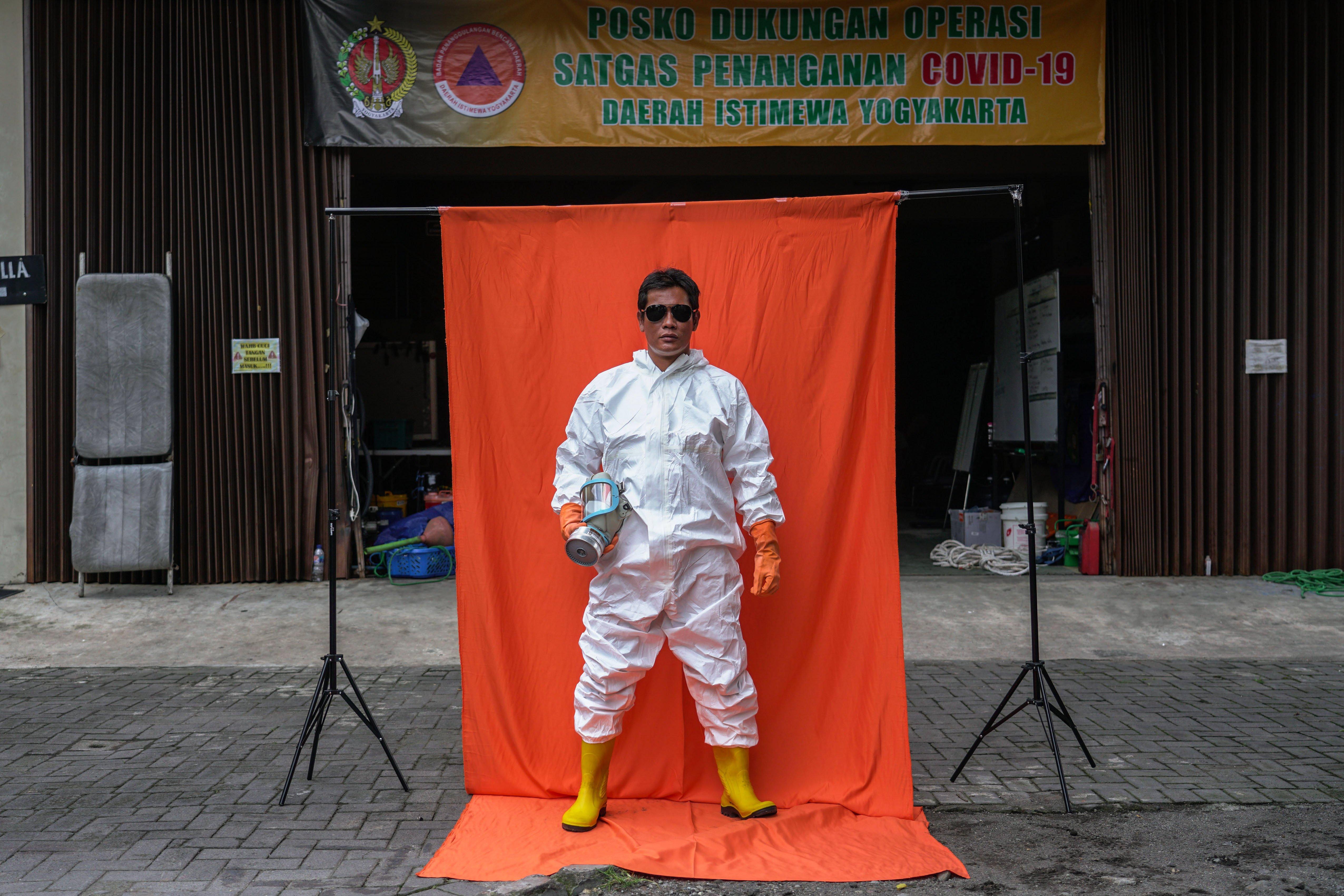 Relawan Tim Kubur Cepat Andri Susanto berpose di Posko Dukungan Operasi Satgas Penanganan COVID-19 DIY, Kantor TRC BPBD DIY di Yogyakarta.