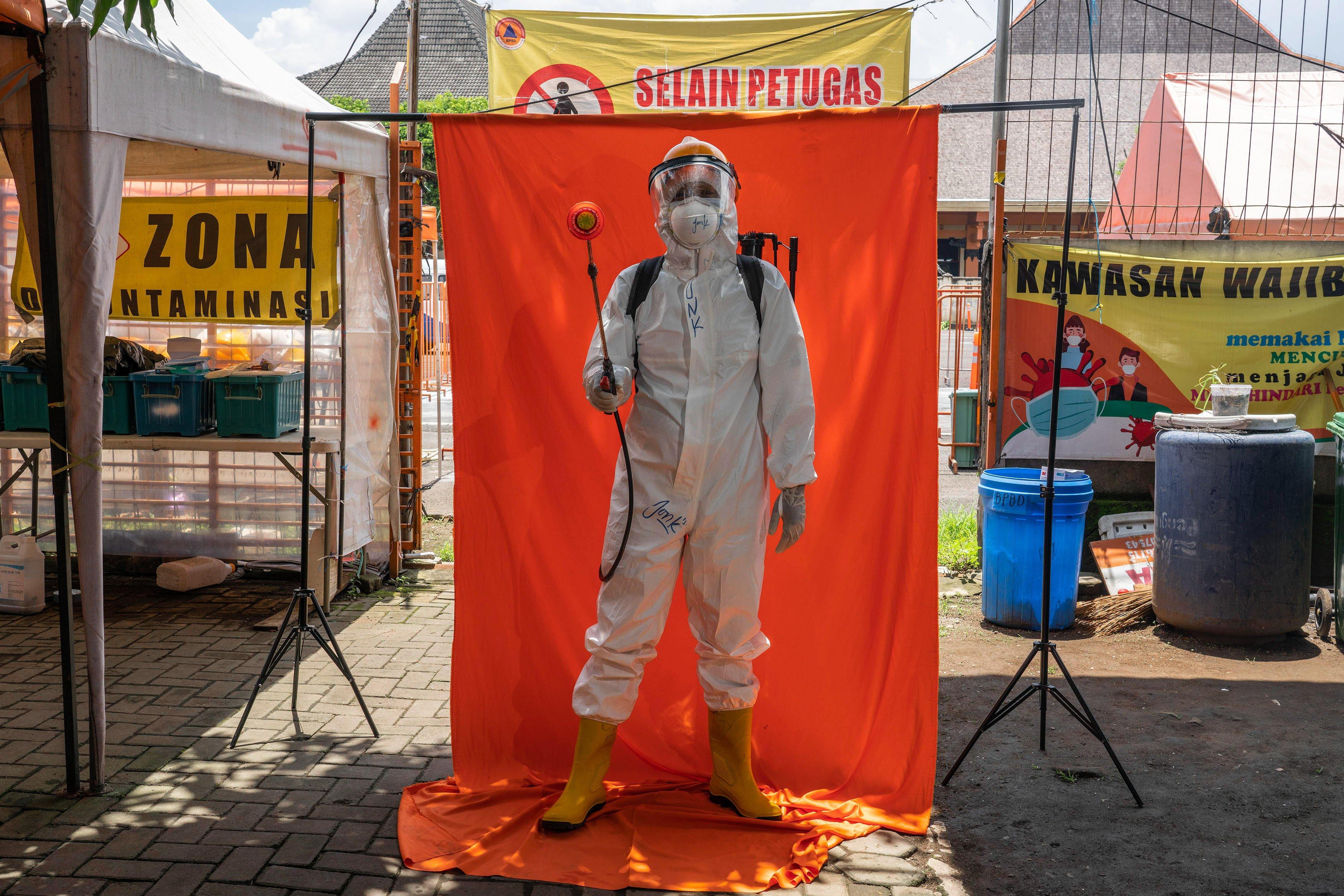 Relawan tim dekontaminasi Agus Dwijo Suseno berpose di Posko Dukungan Operasi Satgas Penanganan COVID-19 DIY, Kantor TRC BPBD DIY di Yogyakarta.\r\n