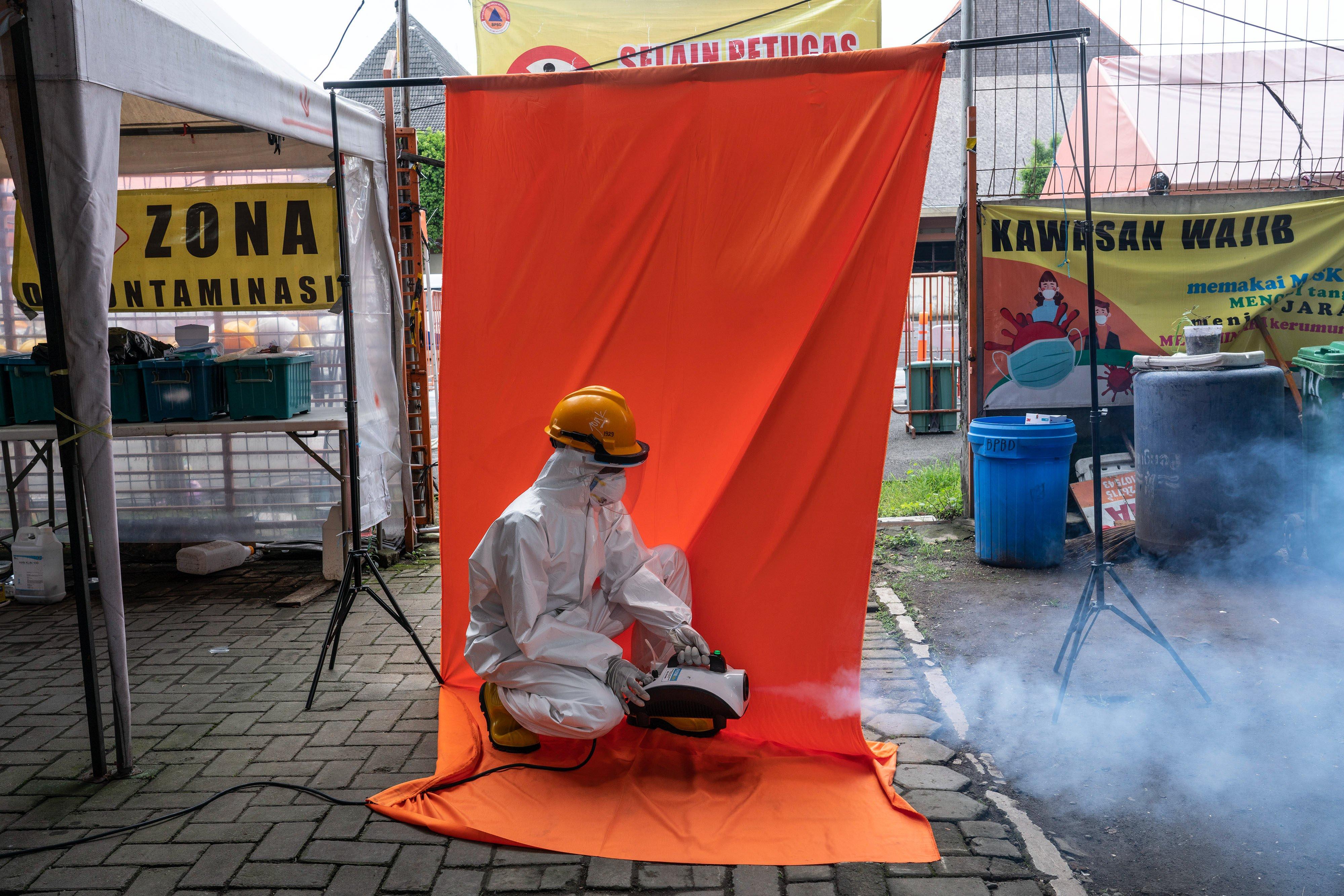 Relawan tim dekontaminasi Bita Sugiraharjo berpose di Posko Dukungan Operasi Satgas Penanganan COVID-19 DIY, Kantor TRC BPBD DIY di Yogyakarta.\r\n