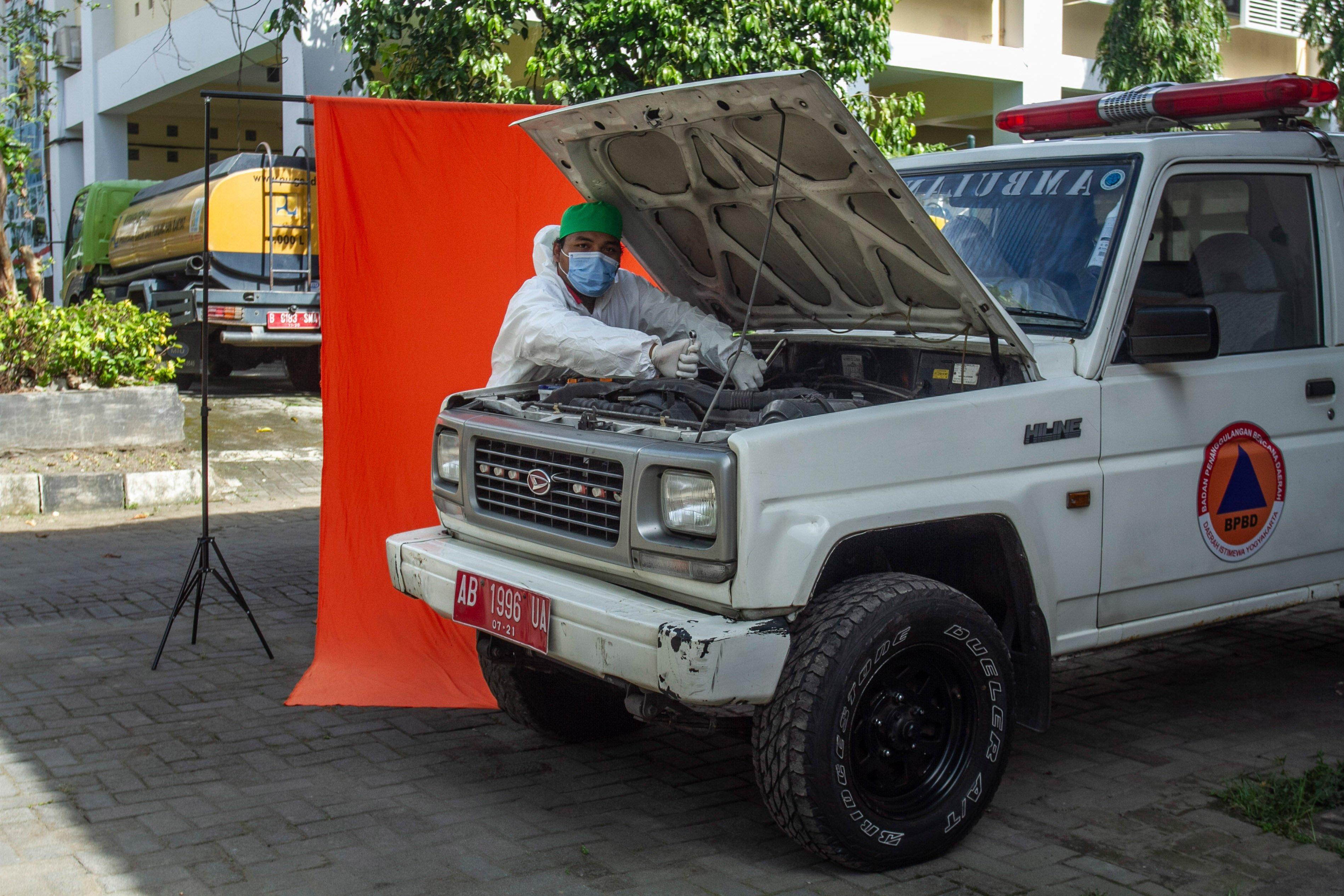 Relawan Afiq Ade Afrizal berpose di Posko Dukungan Operasi Satgas Penanganan COVID-19 DIY, Kantor TRC BPBD DIY di Yogyakarta.