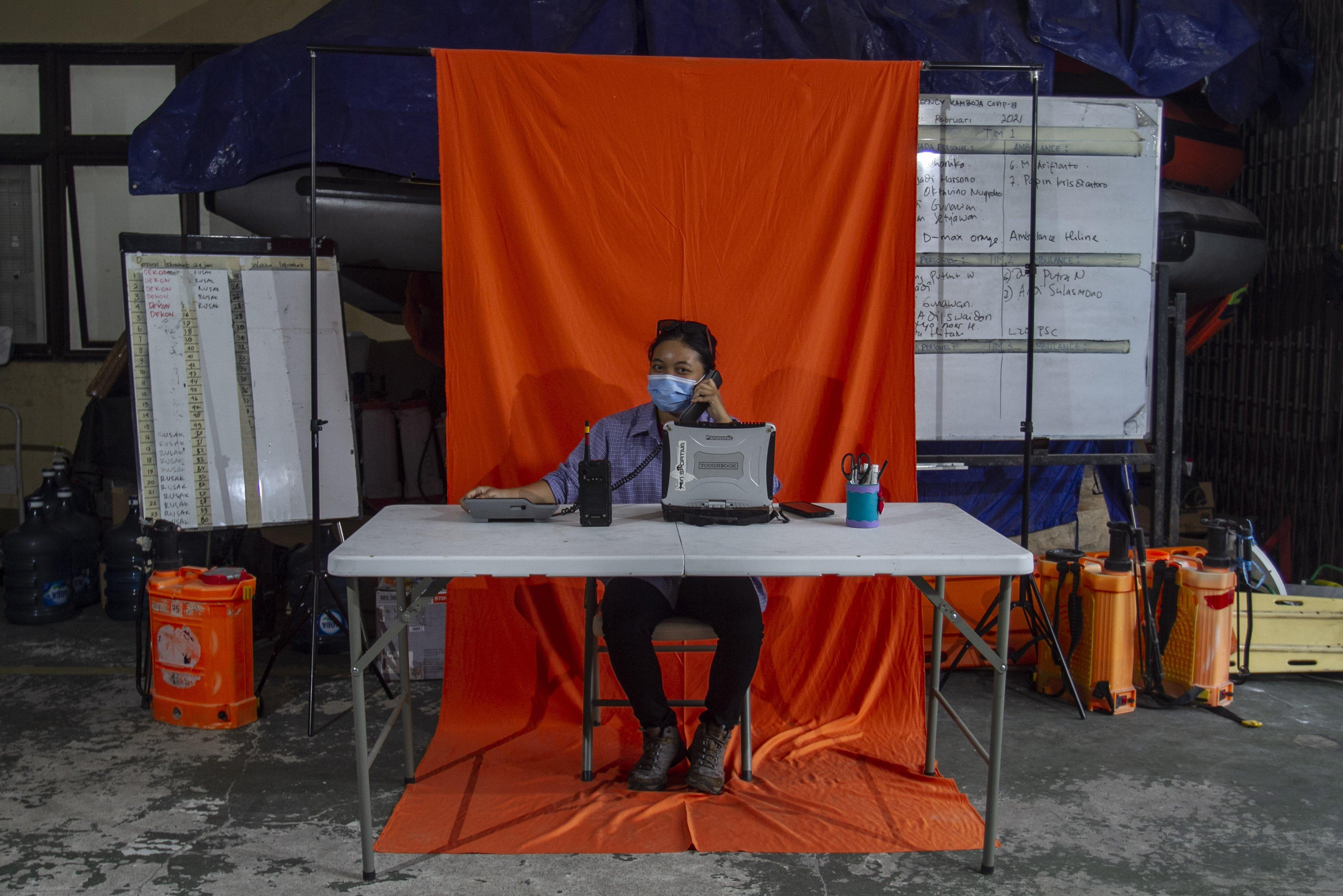 Relawan panggilan darurat Caca berpose di Posko Dukungan Operasi Satgas Penanganan COVID-19 DIY, Kantor TRC BPBD DIY di Yogyakarta.\r\n