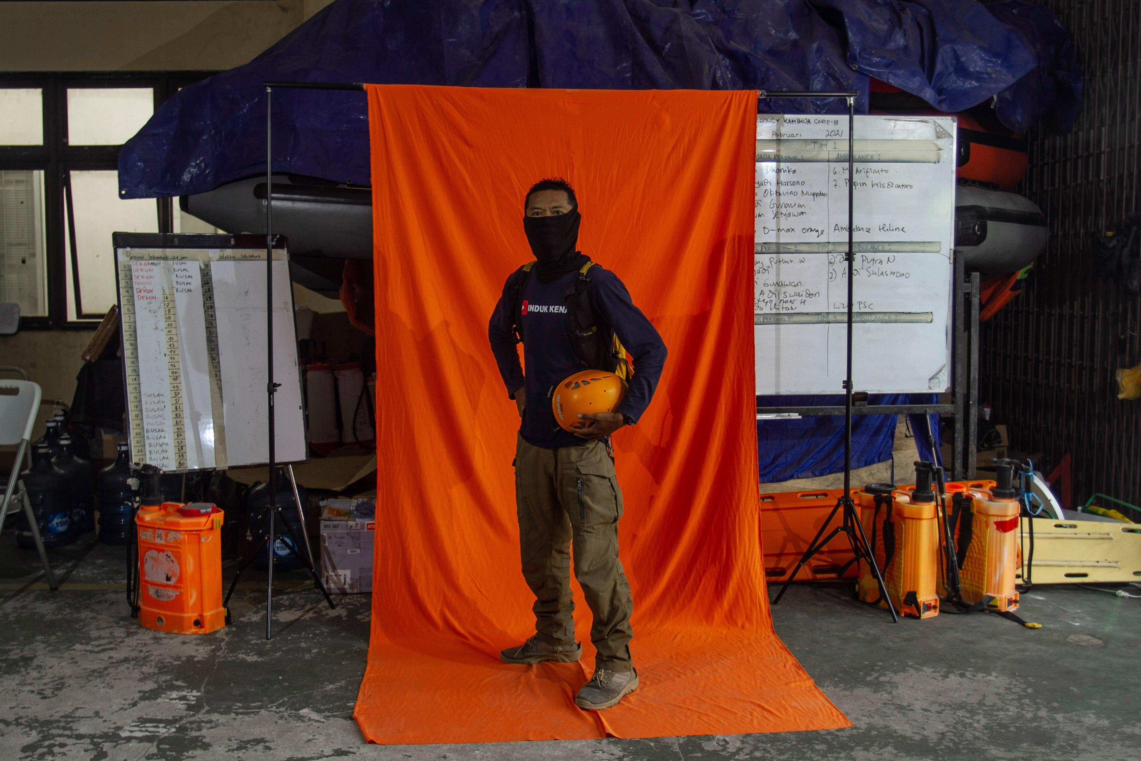 Anggota cipta kondisi TRC BPBD DIY Priyadi berpose di Posko Dukungan Operasi Satgas Penanganan COVID-19 DIY, Kantor TRC BPBD DIY di Yogyakarta.