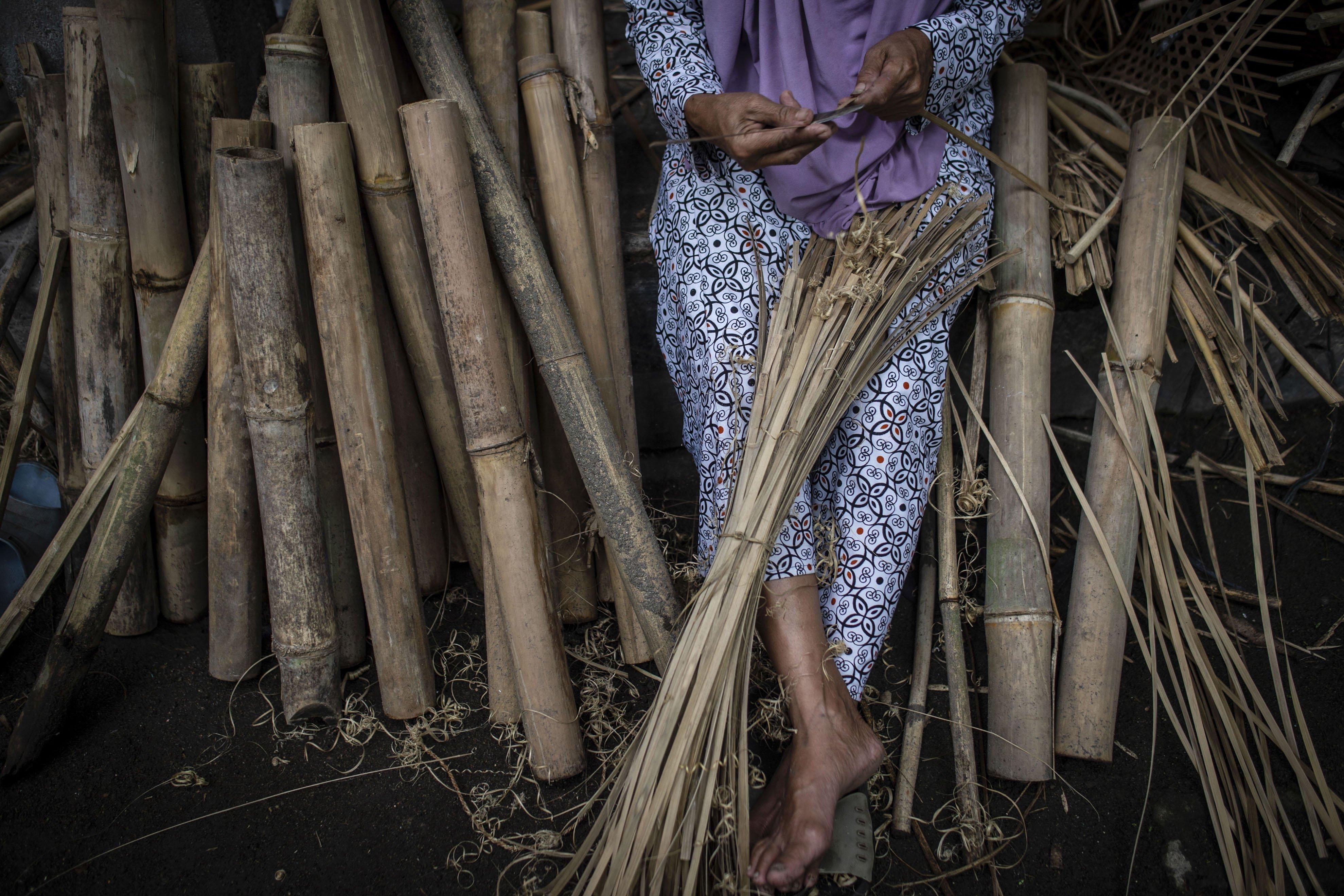 Pengrajin memotong bambu di Desa Loyok, Sakra, Lombok Timur, Nusa Tenggara Barat.