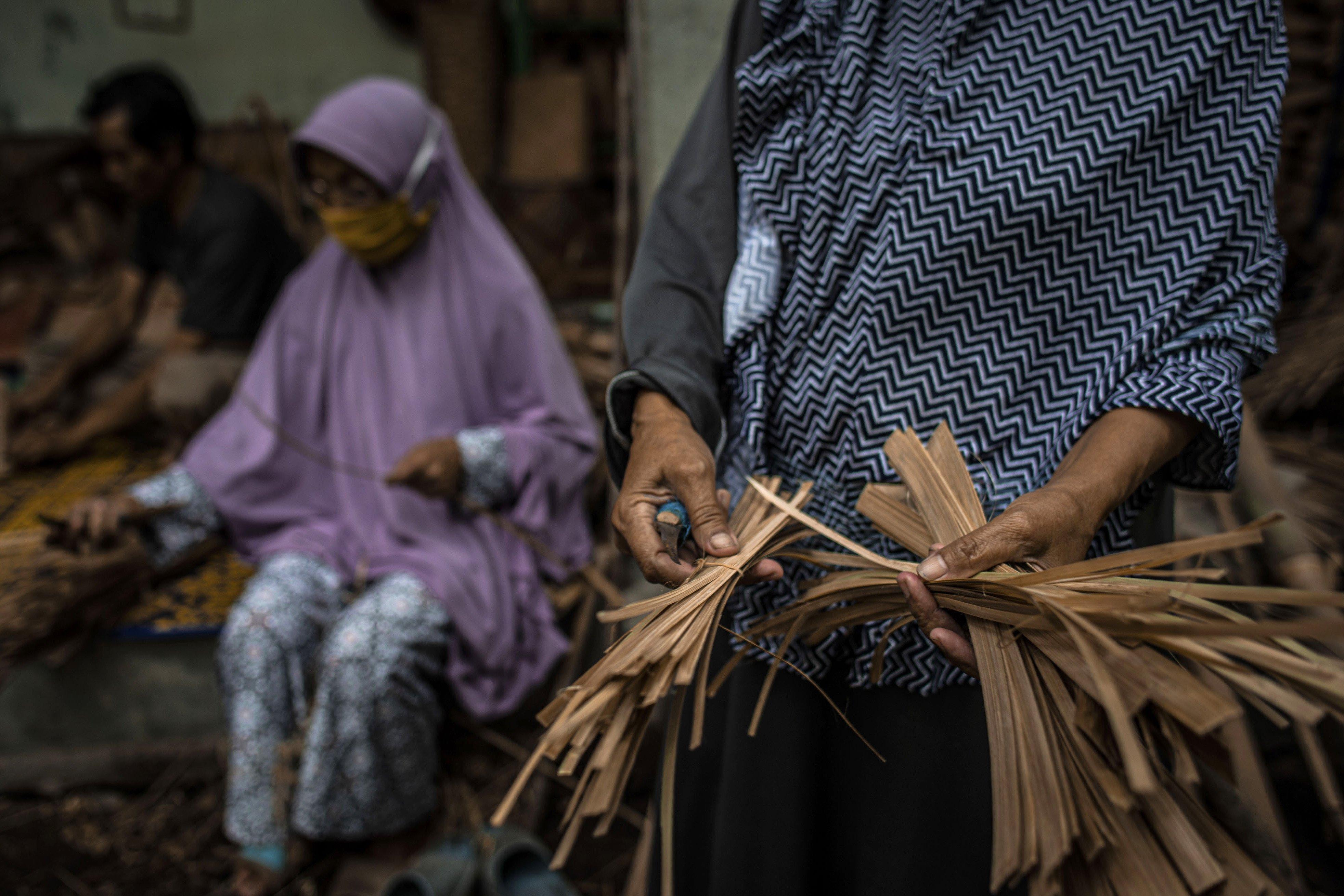 Pengrajin memilah bambu yang telah dipotong di Desa Loyok, Sakra, Lombok Timur, Nusa Tenggara Barat.\r\n