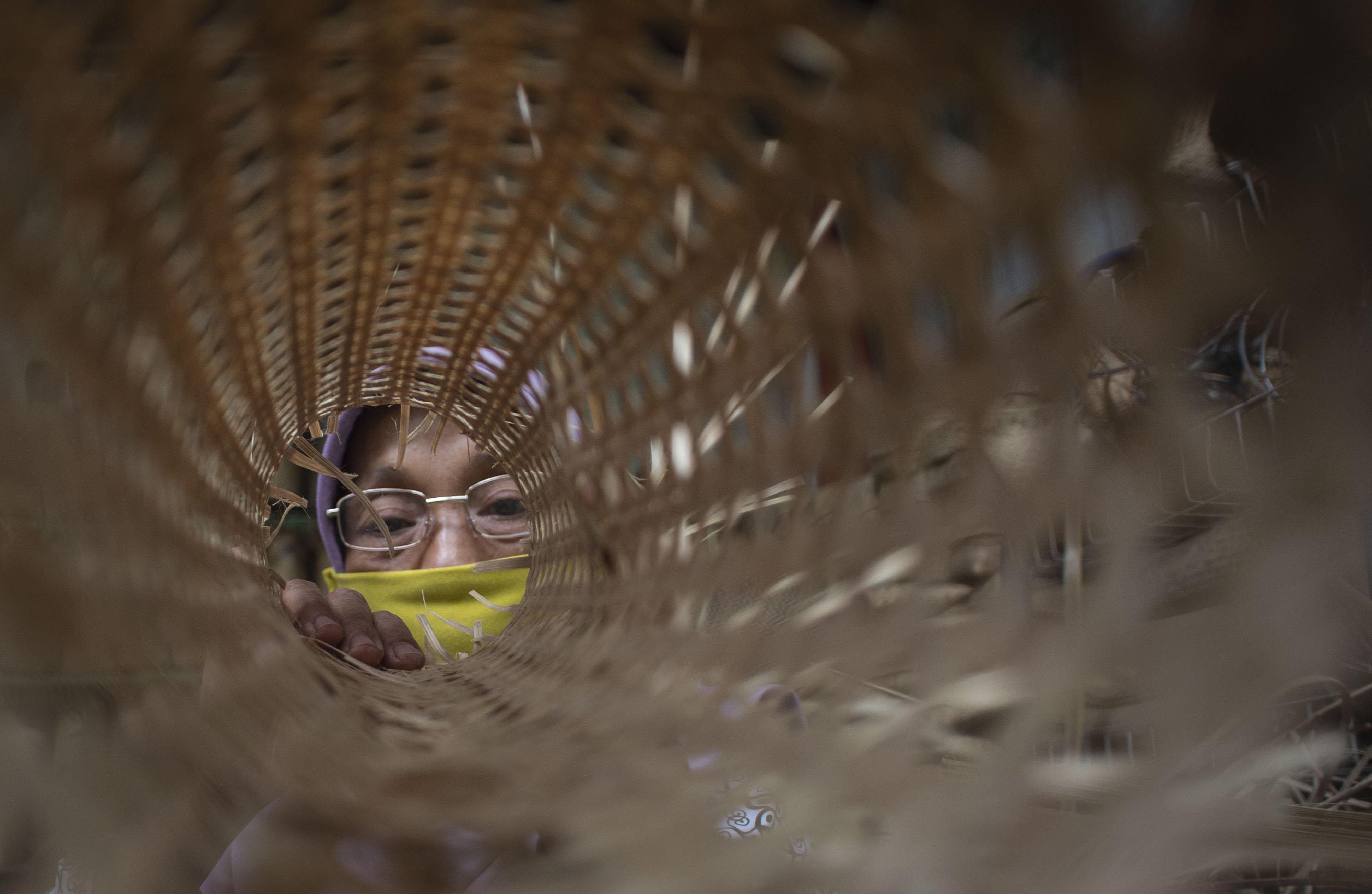 Pengrajin memeriksa struktur anyaman bambu di Desa Loyok, Sakra, Lombok Timur, Nusa Tenggara Barat.