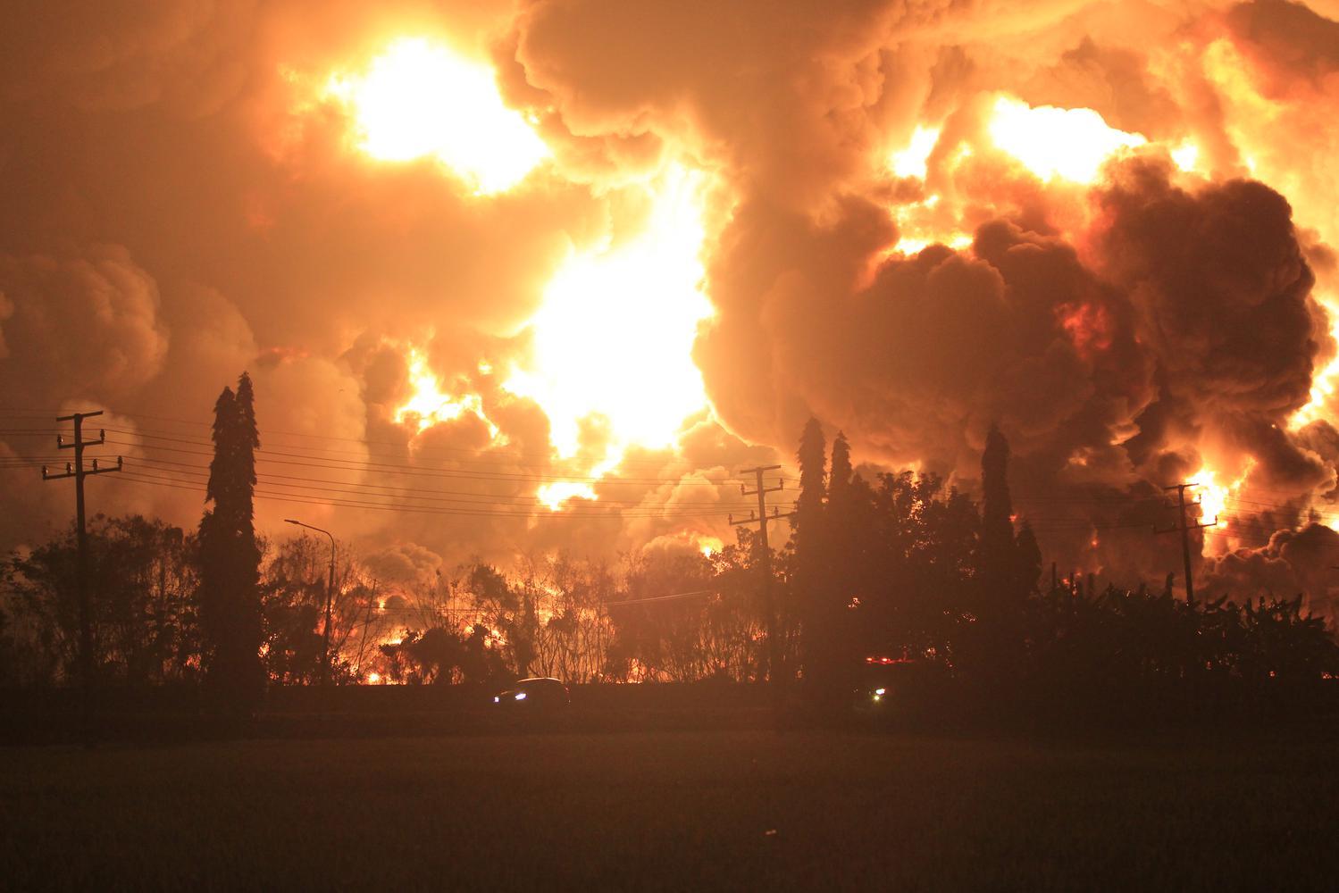 Api membumbung tinggi saat terjadi kebakaran di kompleks Pertamina RU VI Balongan, Indramayu, Jawa Barat, Senin (29/3/2021) dini hari.