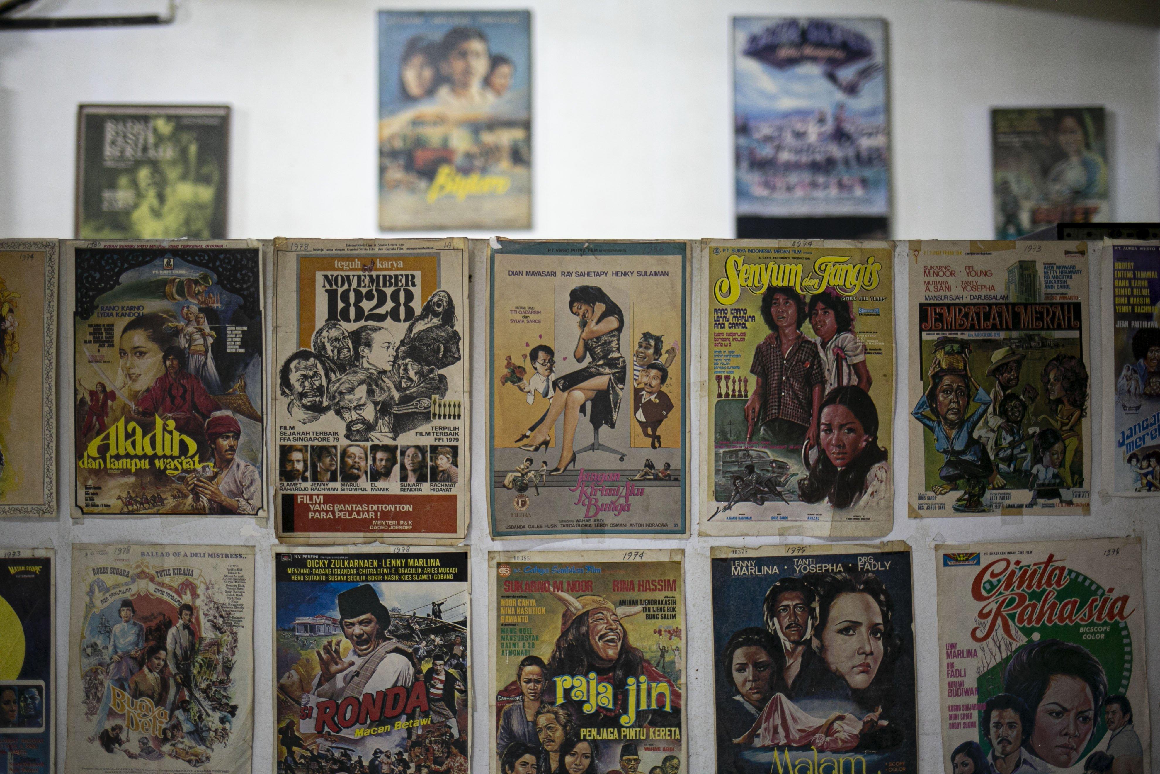 Poster film jadul yang ditempel di Gedung Sinematek, jalan HR. Rasuna Said, RT.2/RW.5, Karet Kuningan, Kecamatan Setiabudi, Kota Jakarta Selatan.