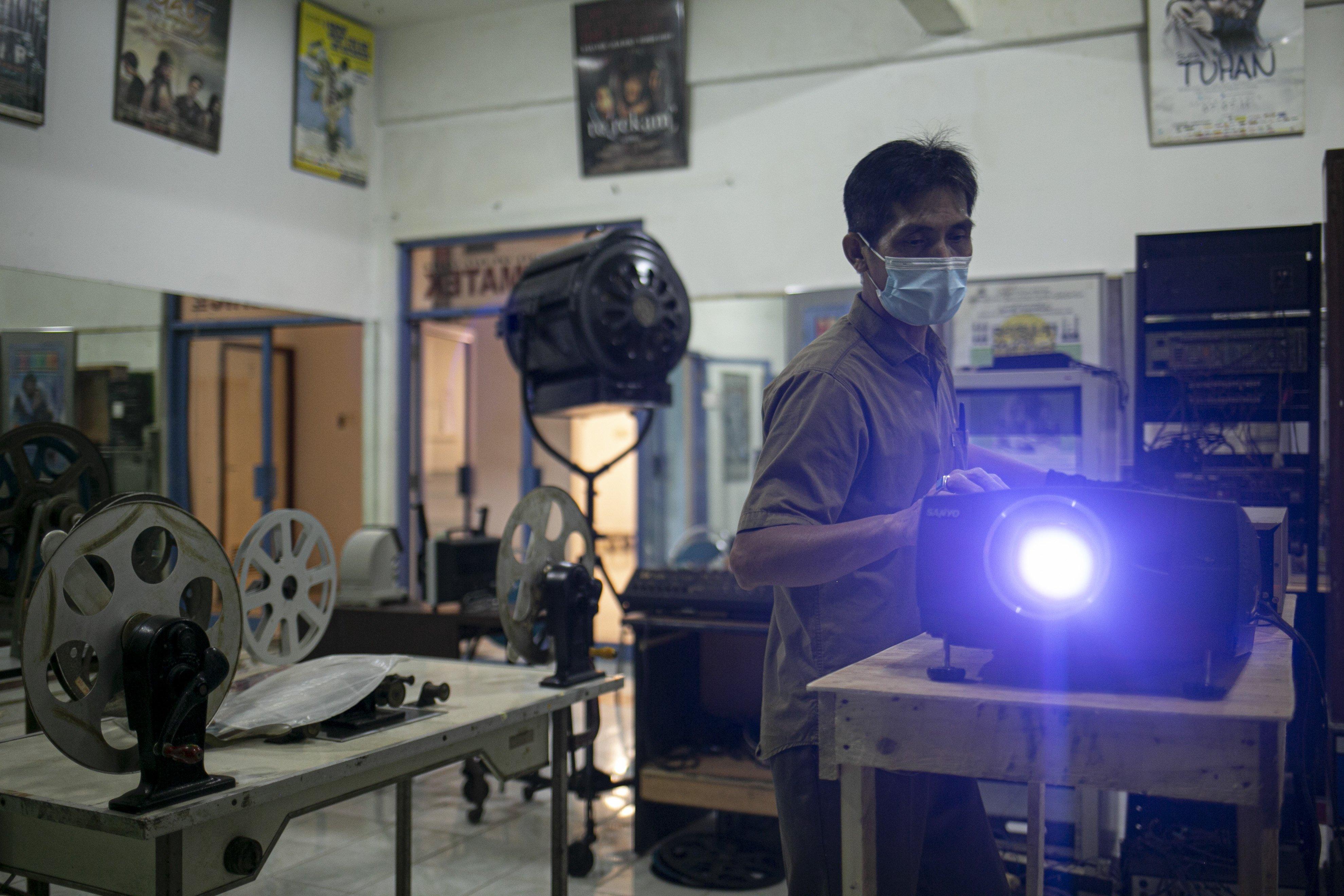 Firdaus (50), memutar film di Gedung Sinematek, jalan HR. Rasuna Said, RT.2/RW.5, Karet Kuningan, Kecamatan Setiabudi, Kota Jakarta Selatan.