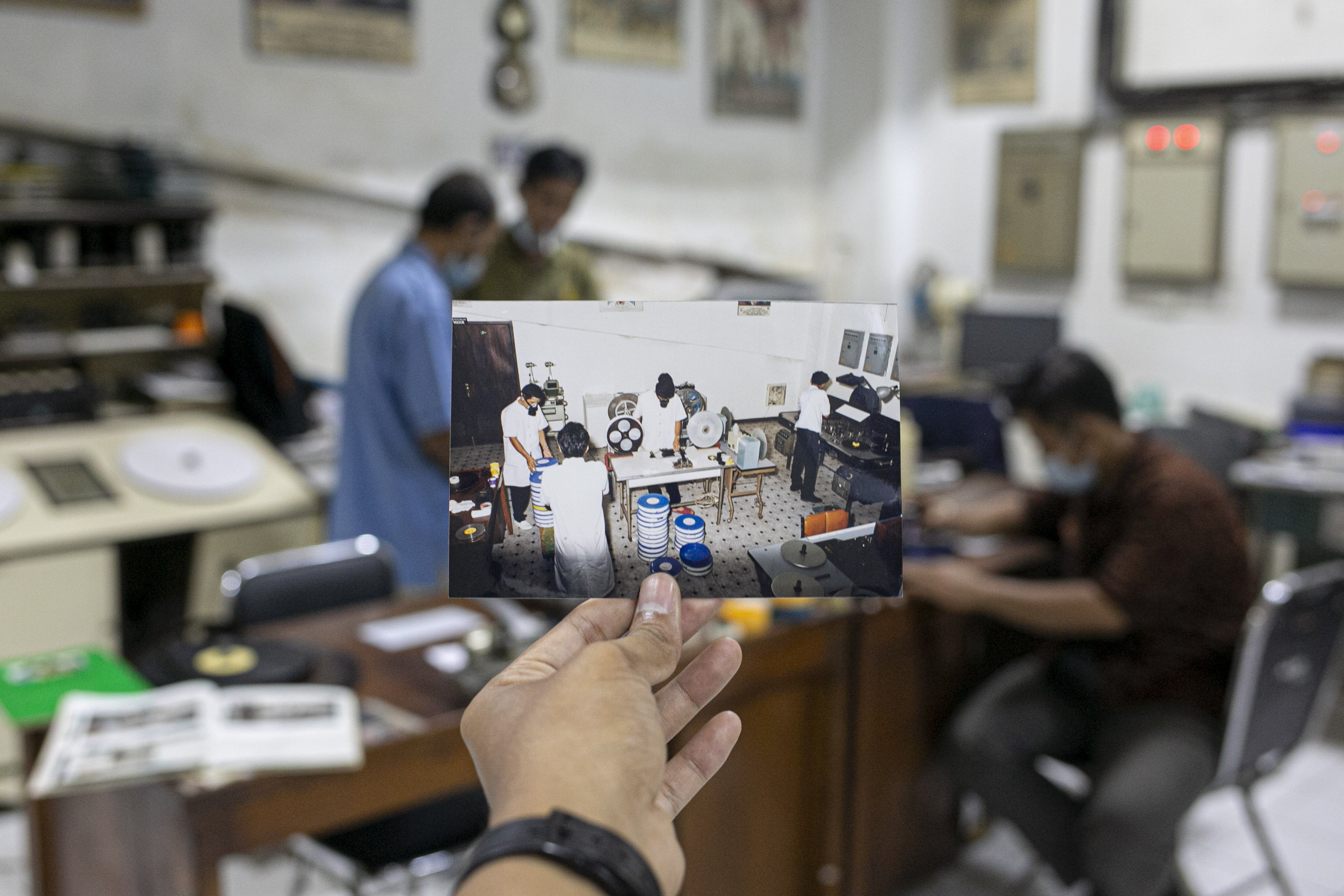 Foto jaman dulu para pekerja merawat gulungan film seluloid di Gedung Sinematek, jalan HR. Rasuna Said, RT.2/RW.5, Karet Kuningan, Kecamatan Setiabudi, Kota Jakarta Selatan.