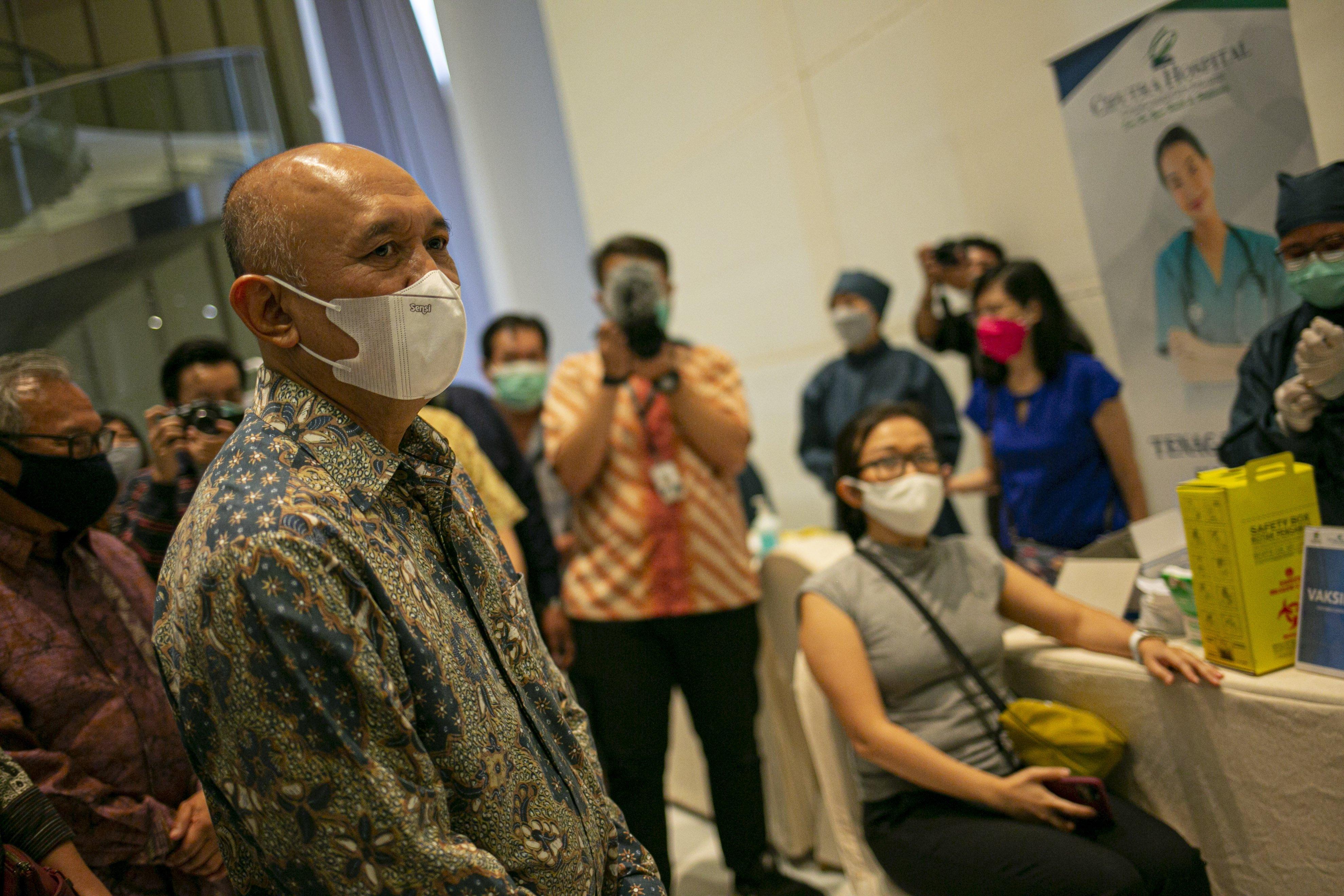 Menteri Koperasi dan UKM, Teten Masduki (Tengah) meninjau vaksinasi Pelaku Usaha Mikro Kecil Menengah (UMKM) di Ciputra Artpreneur, Jakarta Selatan, Kamis (1/4/2021). Vaksinasi massal diberikan kepada 1.500 pelaku UMKM mulai hari ini (14/1/2021) dengan target 250.000 pelaku UMKM di DKI Jakarta.