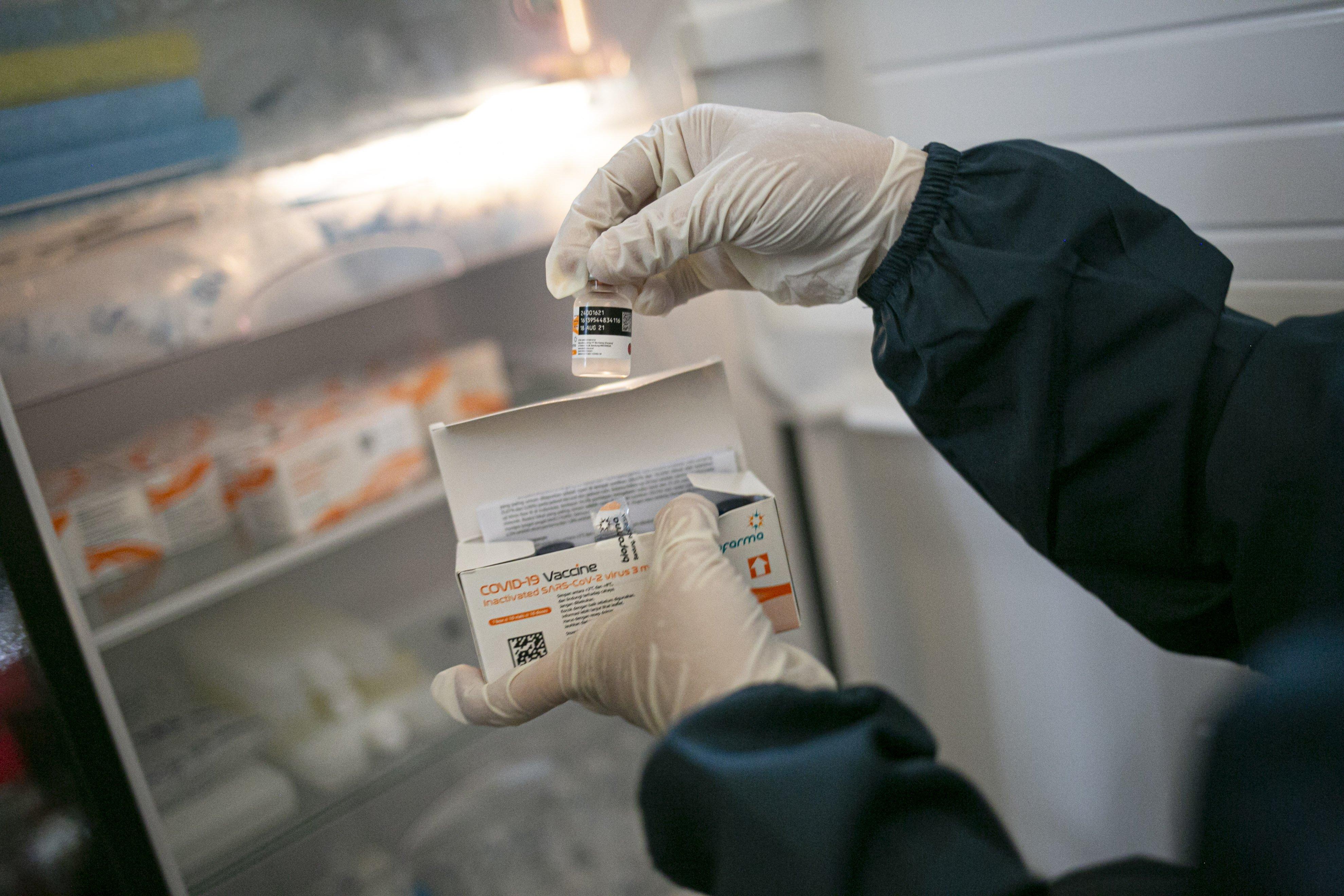 Petugas medis menyiapkan vaksin COVID-19 untuk pelaku UMKM di Ciputra Artpreneur, Jakarta, Kamis (1/4/2021). Kementerian Koperasi dan Usaha Kecil dan Menengah menyelenggarakan vaksinasi COVID-19 massal bagi 1.500 pelaku Usaha mikro kecil menengah (UMKM) di DKI Jakarta dengan target vaksinasi untuk pelaku UMKM tersebut mencapai 250.000 orang.