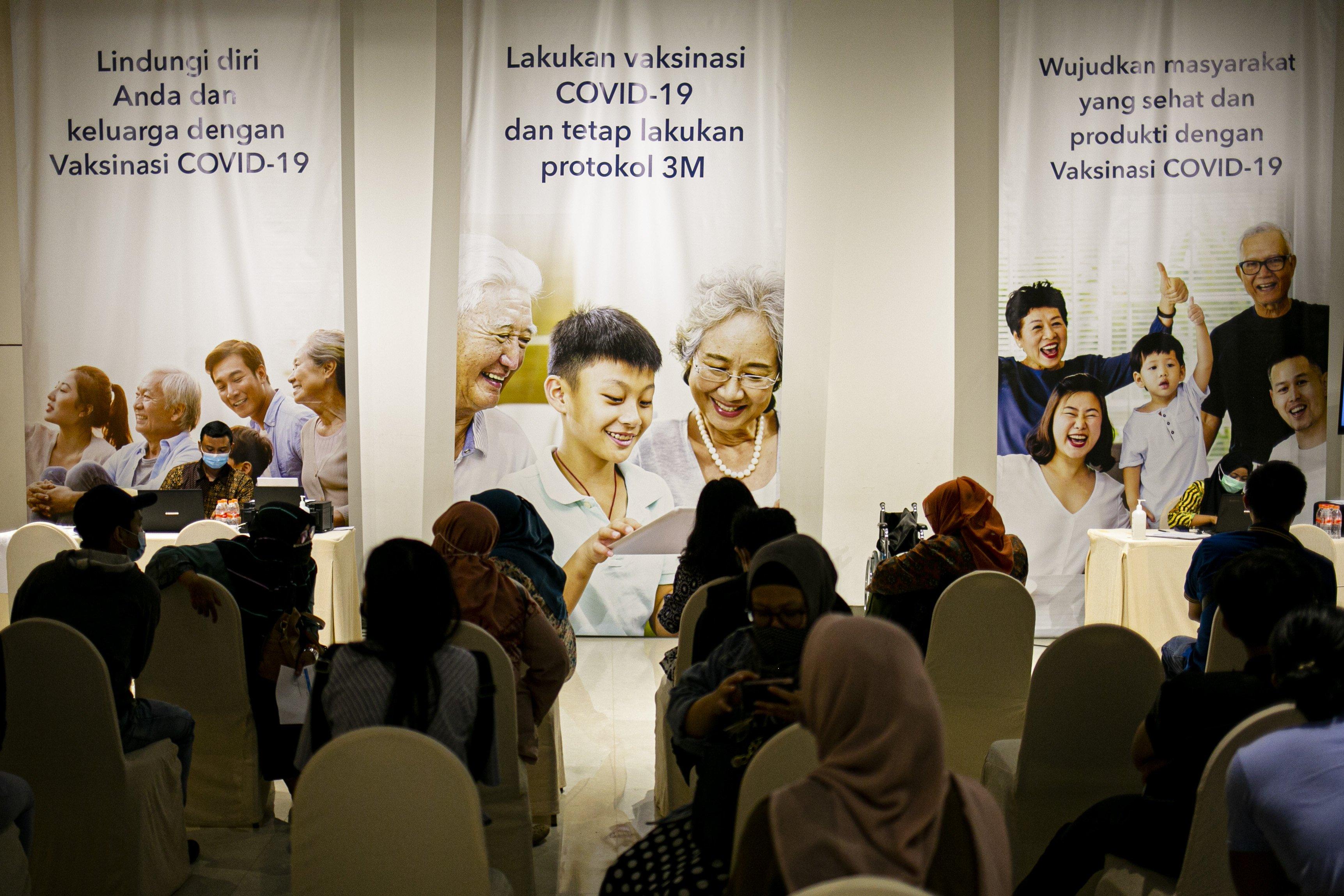 Sejumlah pelaku Usaha Mikro Kecil Menengah (UMKM) menunggu giliran vaksinasi covid-19 di Ciputra Artpreneur, Jakarta Selatan, Kamis (1/4/2021). Kementerian Koperasi dan Usaha Kecil dan Menengah menyelenggarakan vaksinasi COVID-19 massal bagi 1.500 pelaku Usaha mikro kecil menengah (UMKM) di DKI Jakarta dengan target vaksinasi untuk pelaku UMKM tersebut mencapai 250.000 orang.