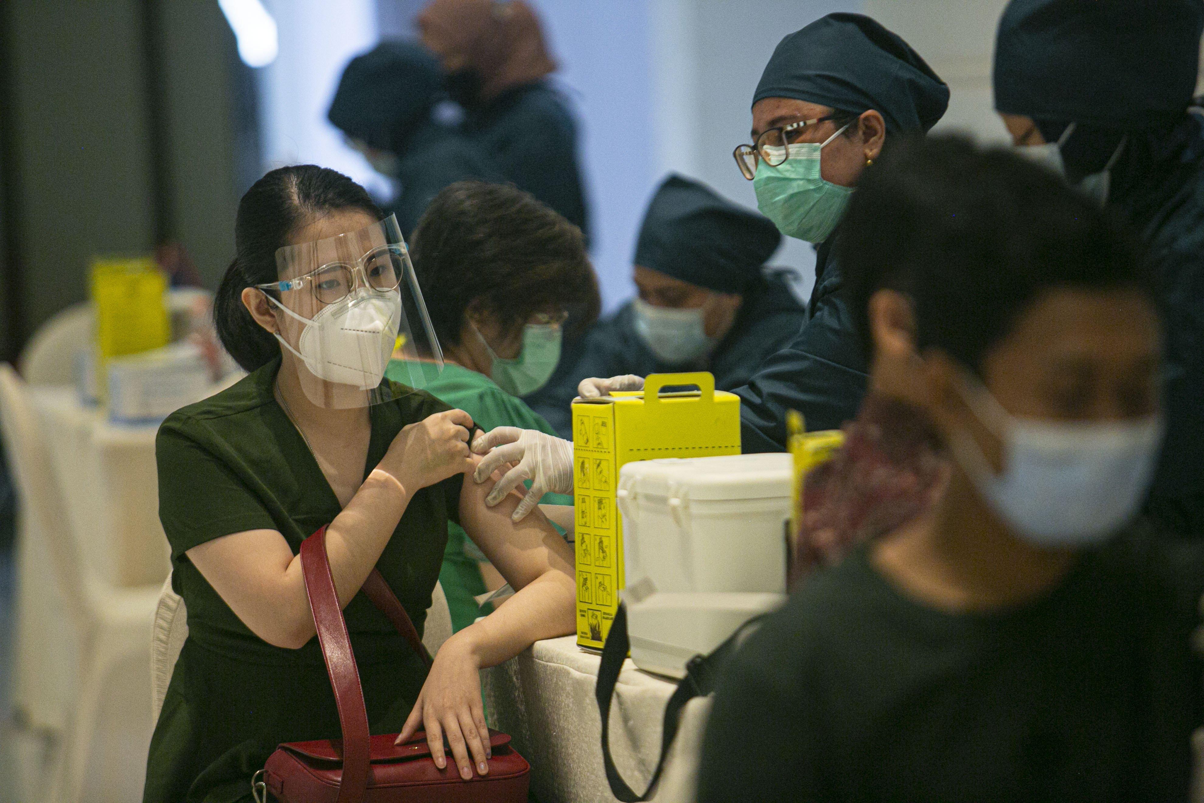 Petugas medis menyuntikan vaksin COVID-19 kepada pelaku UMKM di Ciputra Artpreneur, Jakarta, Kamis (1/4/2021). Kementerian Koperasi dan Usaha Kecil dan Menengah menyelenggarakan vaksinasi COVID-19 massal bagi 1.500 pelaku Usaha mikro kecil menengah (UMKM) di DKI Jakarta dengan target vaksinasi untuk pelaku UMKM tersebut mencapai 250.000 orang.