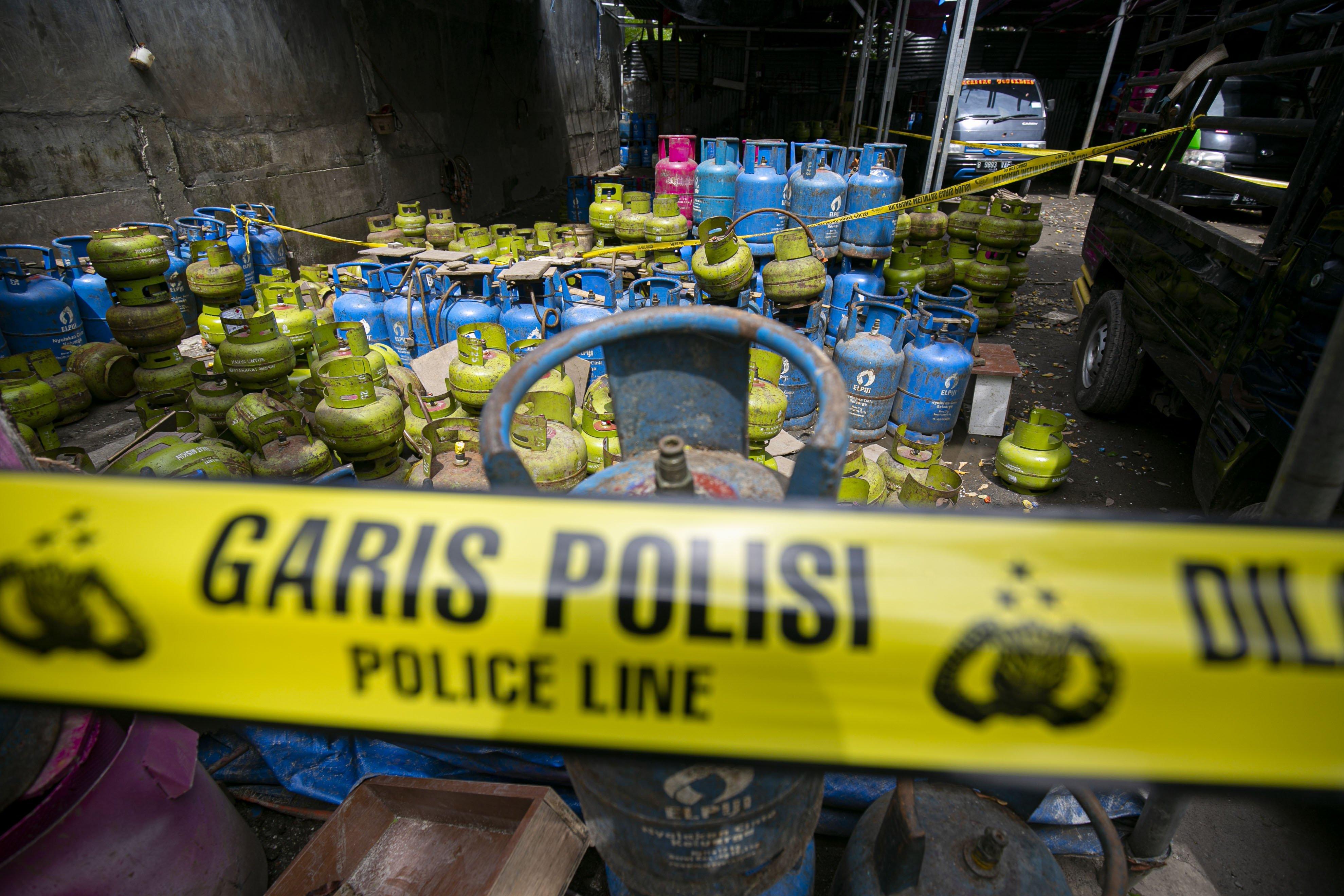 Sejumlah barang bukti tabung gas LPG kasus pengoplosan gas bersubsidi di kawasan Meruya, Jakarta Barat, Selasa (6/4/2021). Bareskrim Polri membongkar praktik kecurangan dengan cara menyalahgunakan penggunaan gas LPG subsidi 3 kg dengan menyuntikkan ke gas 12 kg, aksi tersebut berlangsung sejak tahun 2018 dengan kerugian negara mencapai Rp 7 miliar.