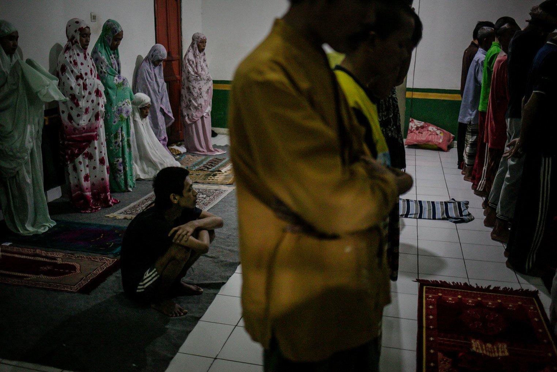Warga binaan Orang Dengan Gangguan Jiwa (ODGJ) meringkuk saat melaksanakan sholat isya di Lembaga Kesejahteraan Sosial (LKS) Bina Tauhid Darul Miftahudin, Desa Hambaro, Kecamatan Nanggung, Kabupaten Bogor, Jawa Barat, Senin, (13/9/2021).