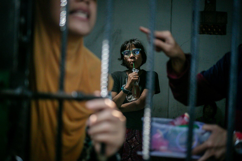 Warga binaan Orang Dengan Gangguan Jiwa (ODGJ) melongok keluar pintu jeruji besi kamar di Lembaga Kesejahteraan Sosial (LKS) Bina Tauhid Darul Miftahudin, Desa Hambaro, Kecamatan Nanggung, Kabupaten Bogor, Jawa Barat, Senin, (13/9/2021). Tak sedikit dari pasien yang menjalani pengobatan di LKS tersebut meminta pulang.dan meminta untuk dijeguk oleh keluargnya.