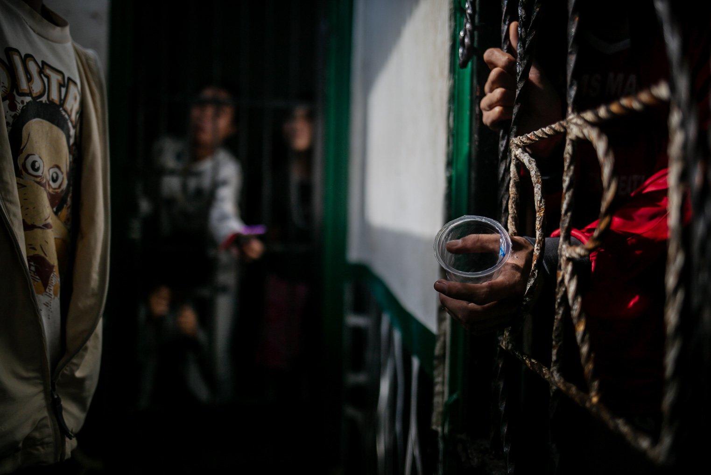 Warga binaan Orang Dengan Gangguan Jiwa (ODGJ) menegluarkan tangan memegang gelas kosong dari dalam kamar di Lembaga Kesejahteraan Sosial (LKS) Bina Tauhid Darul Miftahudin, Desa Hambaro, Kecamatan Nanggung, Kabupaten Bogor, Jawa Barat, Senin, (13/9/2021).