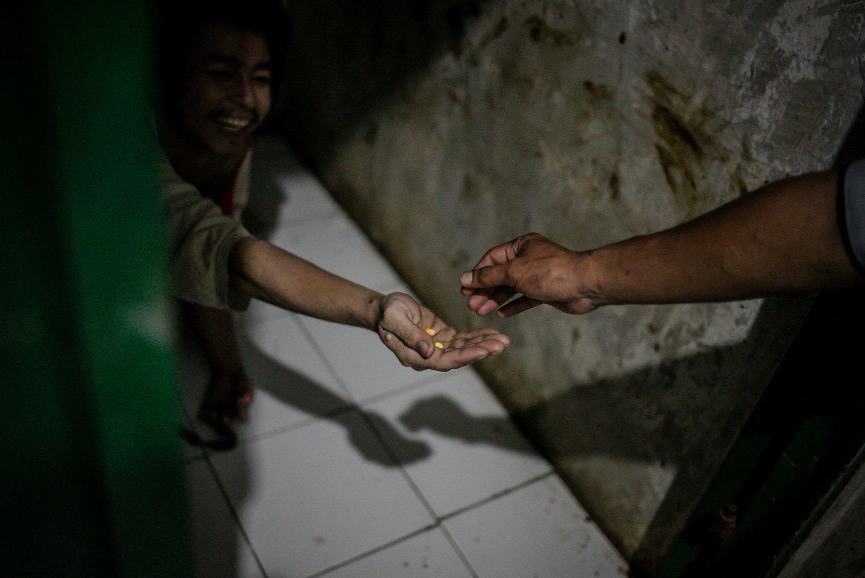 Pengurus menmberikan obat-obatan untuk pasien Orang Dengan Gangguan Jiwa (ODGJ) di Lembaga Kesejahteraan Sosial (LKS) Bina Tauhid Darul Miftahudin, Desa Hambaro, Kecamatan Nanggung, Kabupaten Bogor, Jawa Barat, Senin, (13/9/2021).