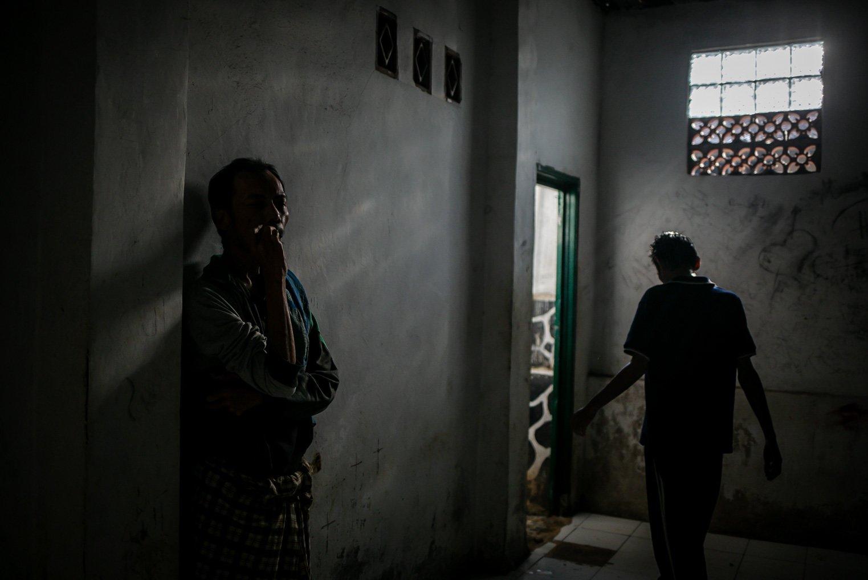 Warga binaan Orang Dengan Gangguan Jiwa (ODGJ) berjalan dari dalam kamar di Lembaga Kesejahteraan Sosial (LKS) Bina Tauhid Darul Miftahudin, Desa Hambaro, Kecamatan Nanggung, Kabupaten Bogor, Jawa Barat, Senin, (13/9/2021).