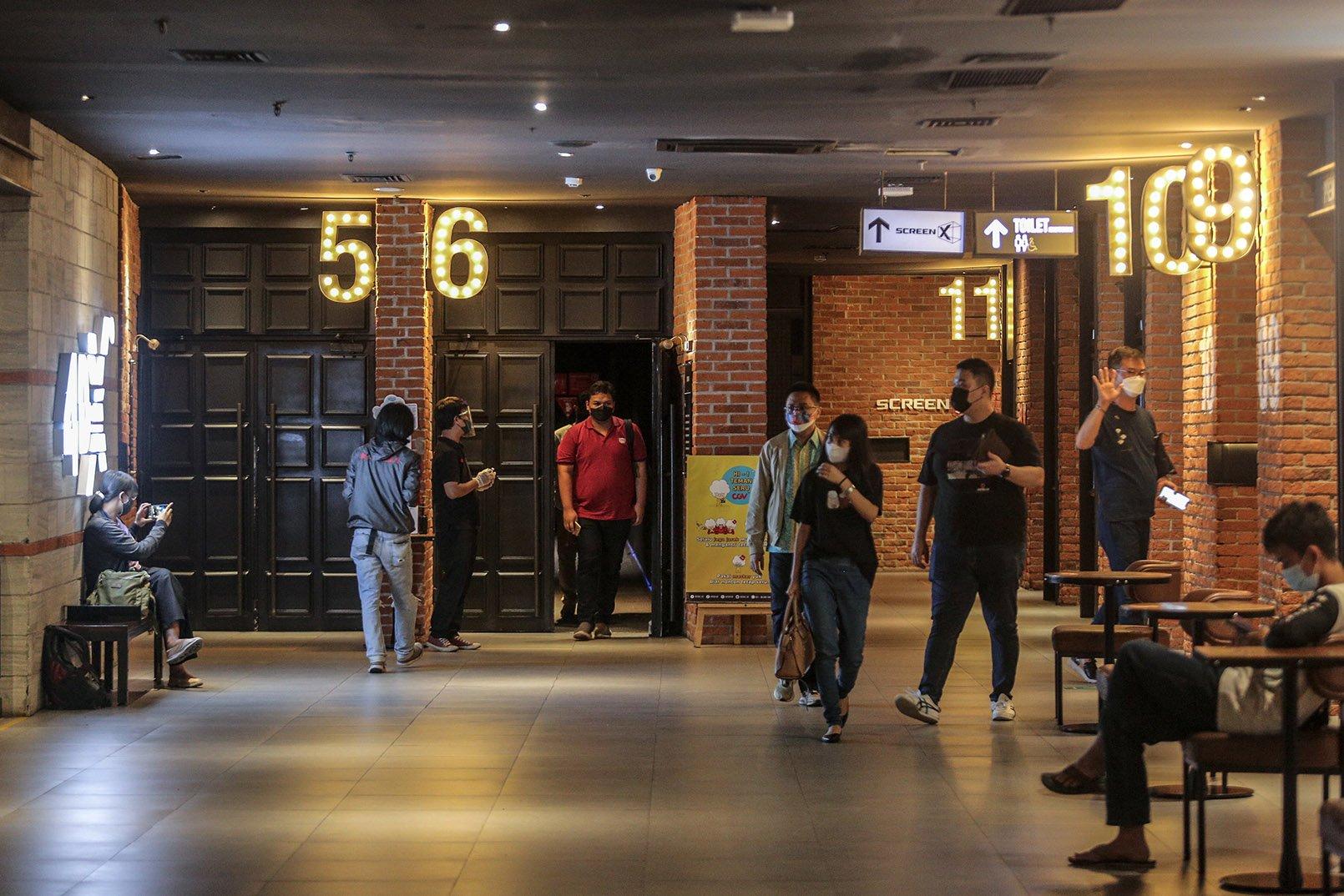 Pengunjung berjalan keluar usai menonton di Bioskop CGV Grand Indonesia di Jakarta, Kamis (16/9/2021). Pemerintah memberikan kelonggaran dengan diperbolehkannya bioskop buka kembali di wilayah-wilayah dengan status pemberlakuan pembatasan kegiatan masyarakat (PPKM) level 3 dan 2 dengan kapasitas pengunjung 50 persen, penggunaan aplikasi PeduliLindungi, telah tervaksinasi COVID-19 dosis kesatu serta kedua dan menerapkan protokol kesehatan secara ketat.